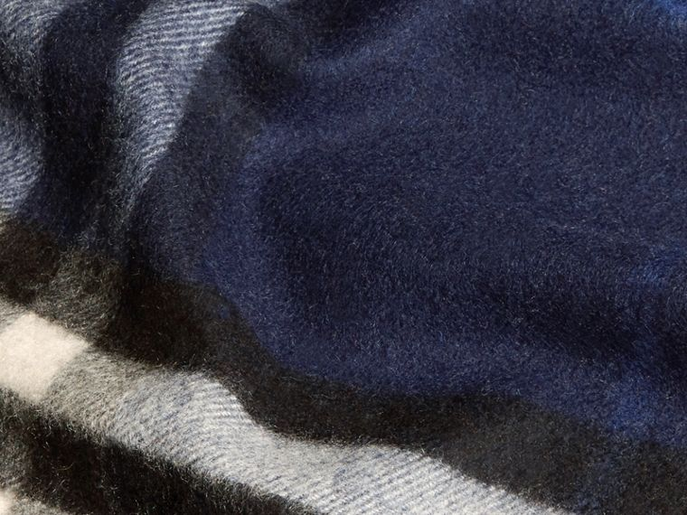 The Classic Cashmere Scarf in Check Indigo Blue - cell image 4