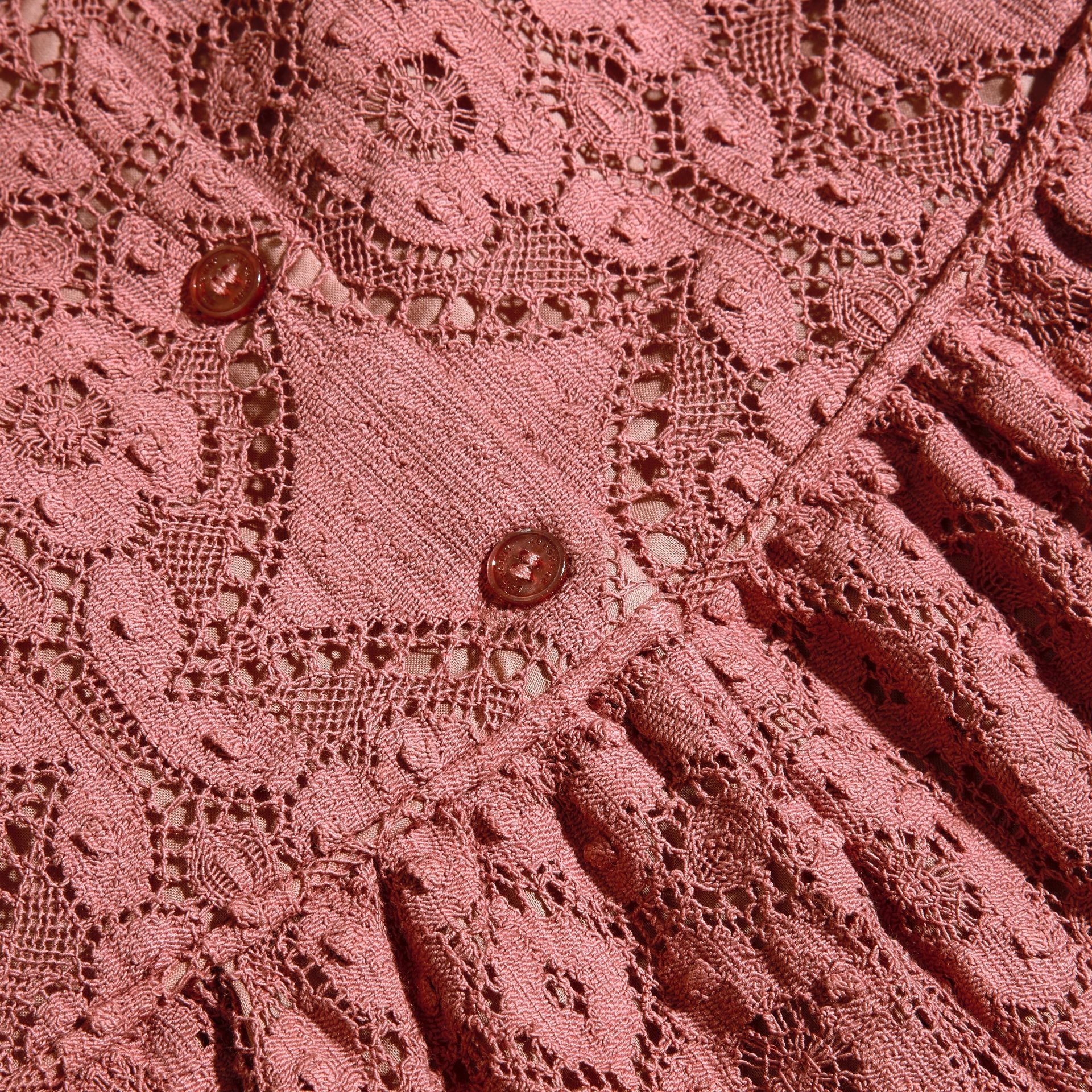 Rose antique Robe en dentelle anglaise à motif floral - photo de la galerie 2