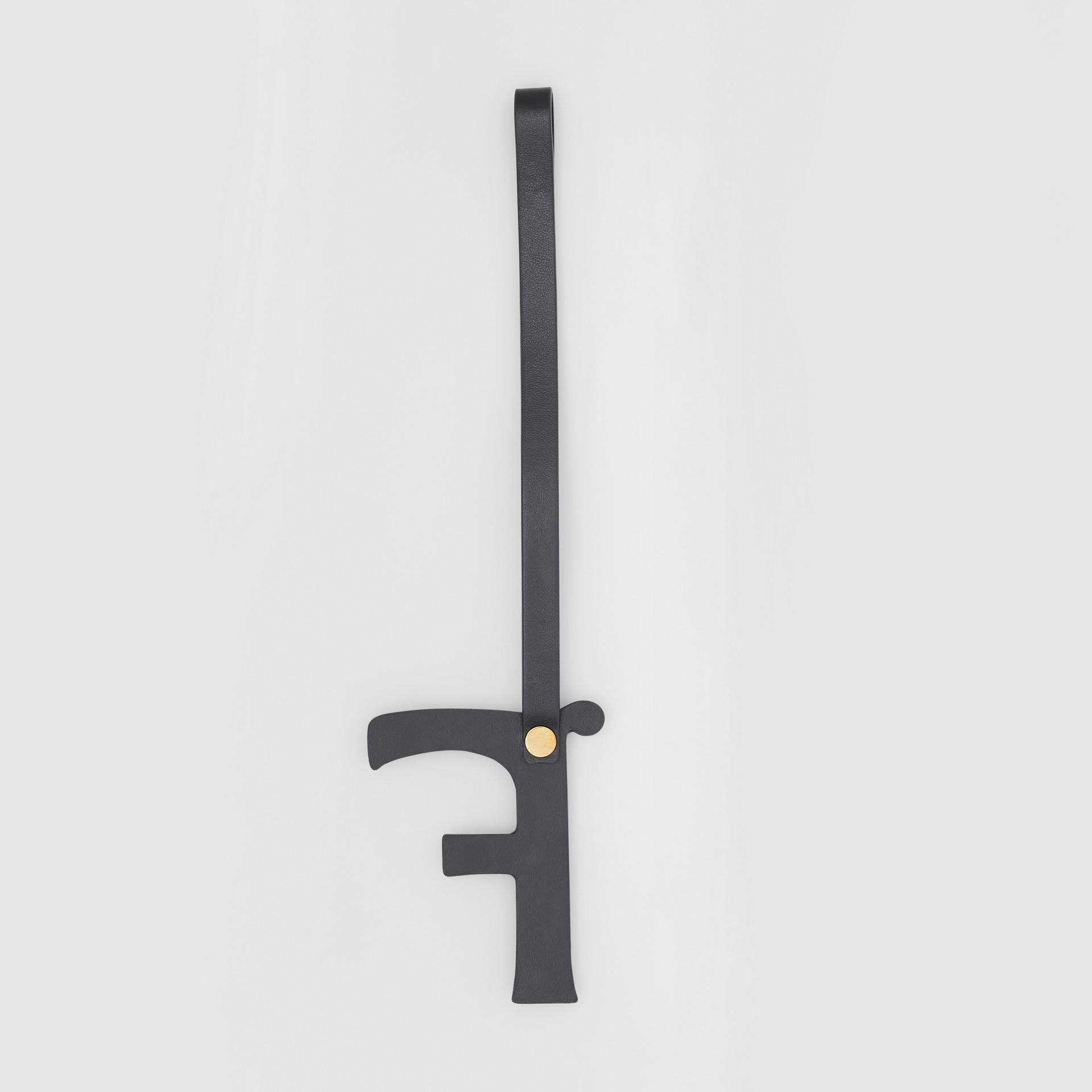 Ciondolo a forma di F in pelle con borchie (Nero/oro Chiaro) | Burberry - immagine della galleria 2