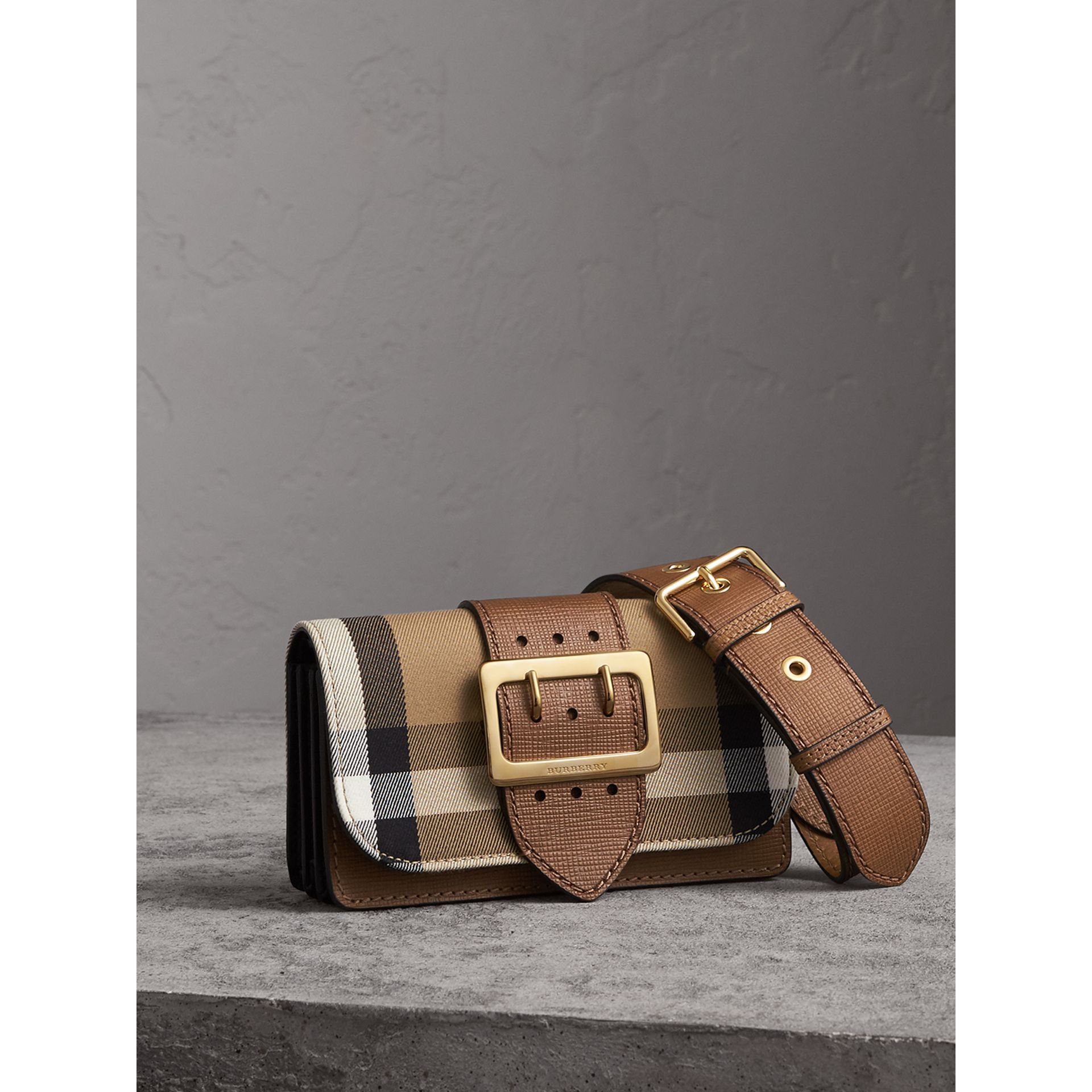 Borsa The Buckle piccola con motivo House check e pelle (Marroncino) - Donna | Burberry - immagine della galleria 7