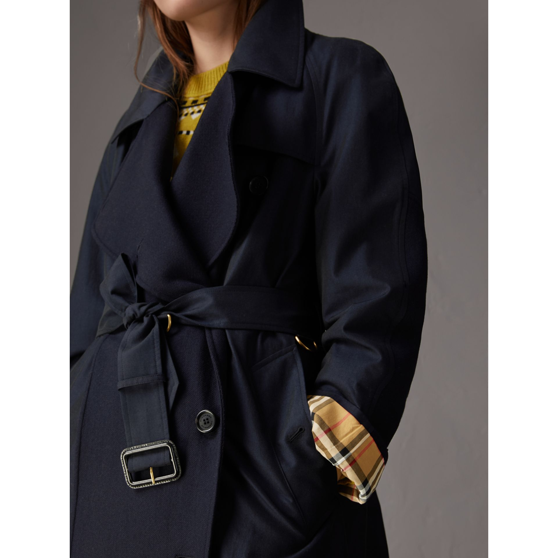 Trench asymétrique en gabardine tropicale (Bleu Carbone) - Femme | Burberry - photo de la galerie 4