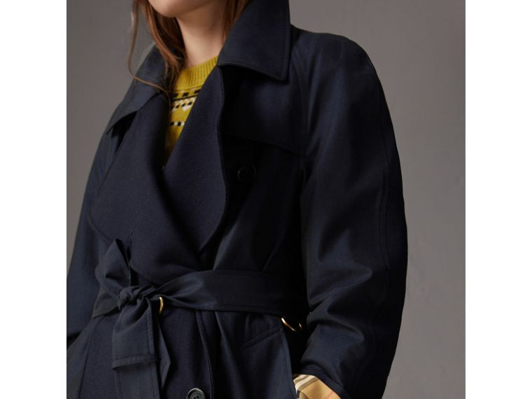 Trench coat asimmetrico in gabardine tropicale (Blu Carbonio) - Donna | Burberry - cell image 4