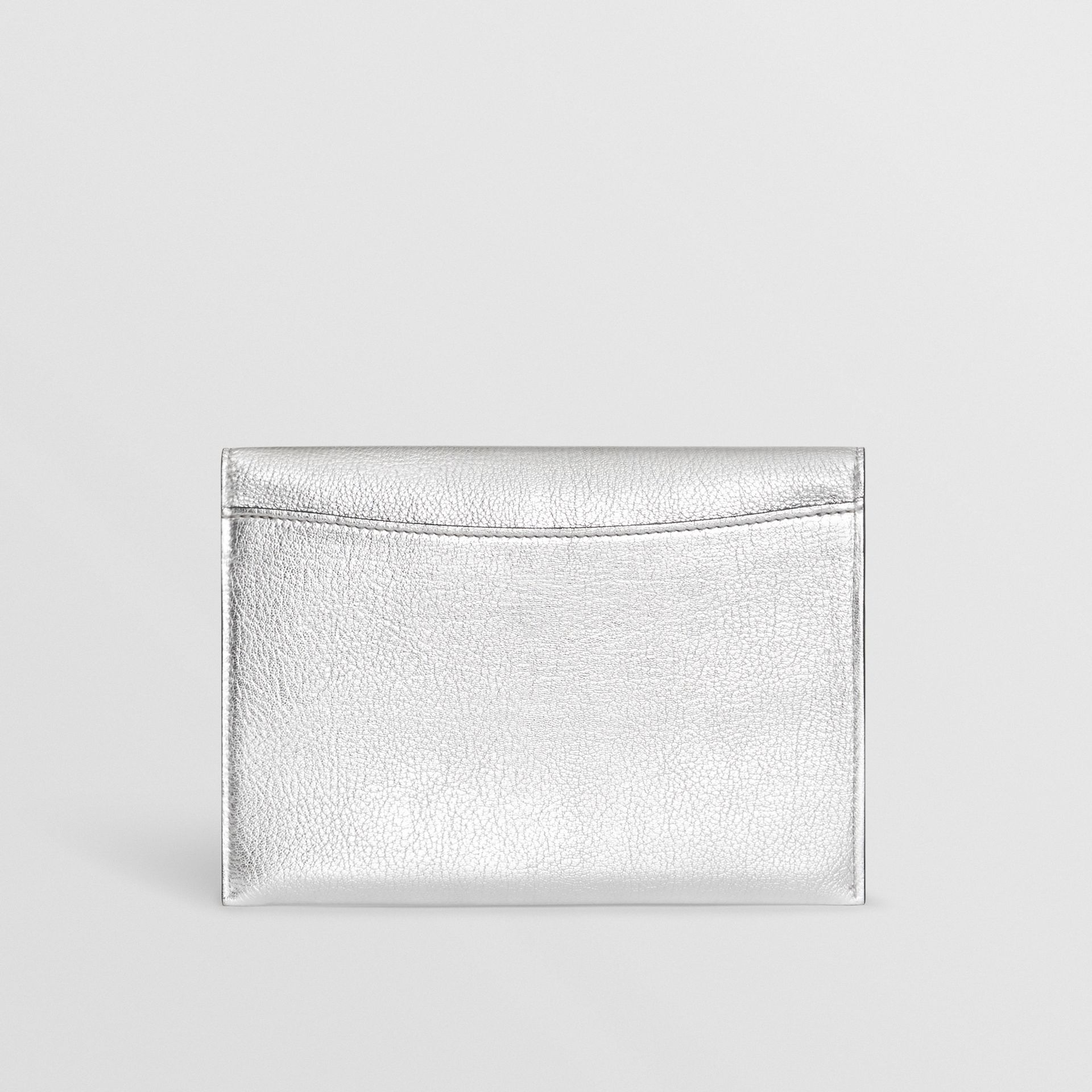Trousse con portamonete in pelle metallizzata con cerniera e anello a D (Argento) - Donna | Burberry - immagine della galleria 8