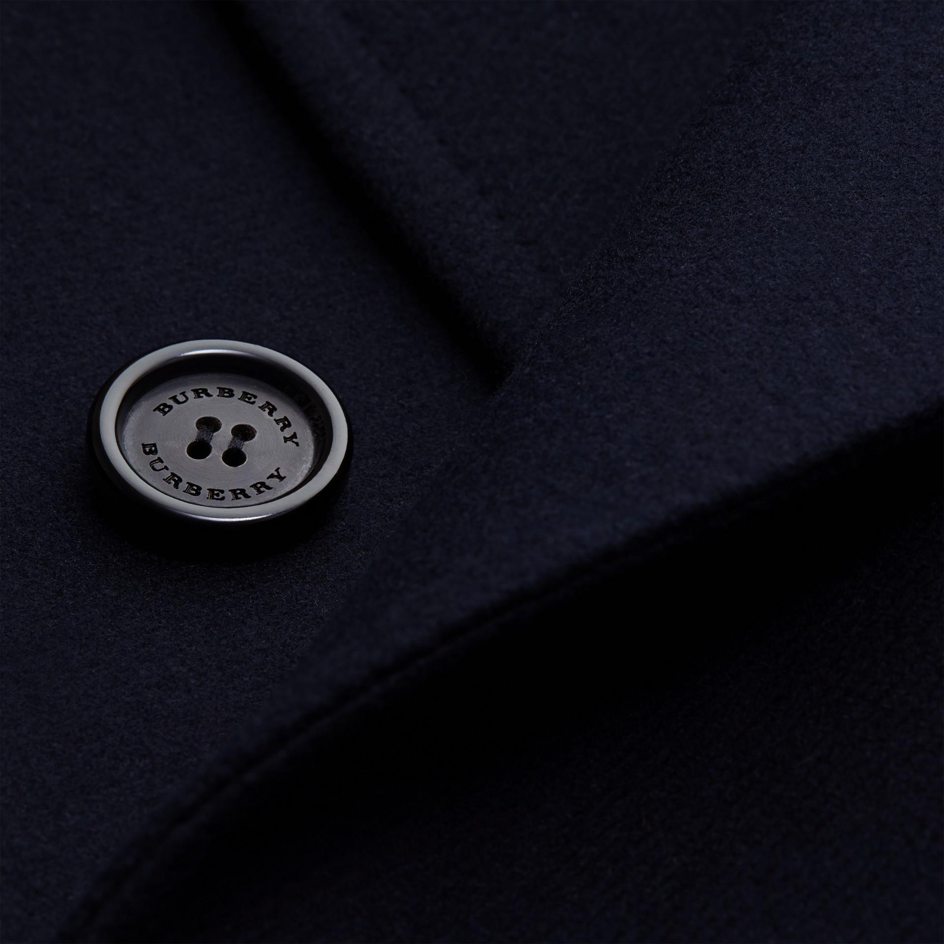 Azul marino Abrigo en mezcla técnica de lana y cachemir con botonadura doble y cuello en piel - imagen de la galería 2