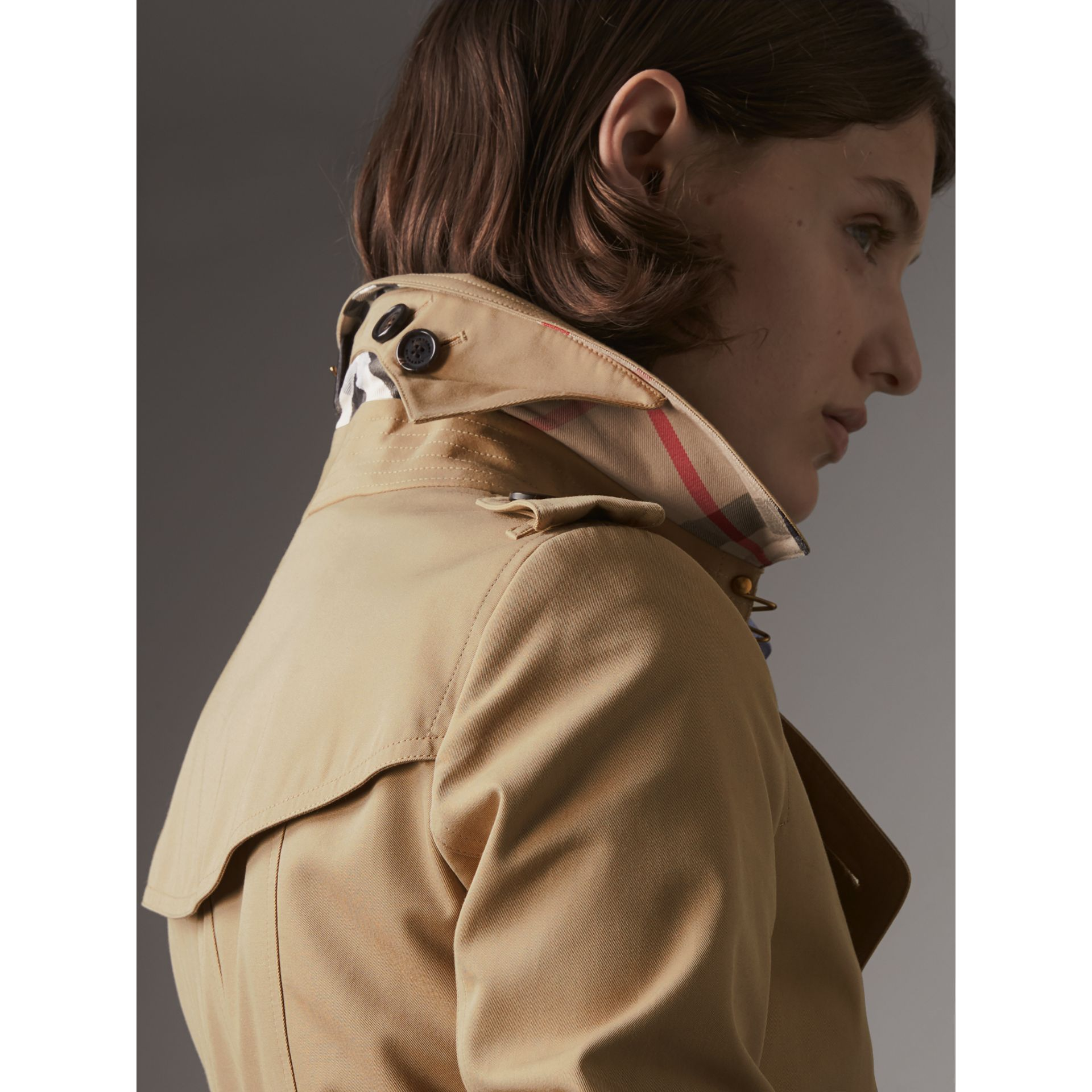 The Chelsea – Long Heritage Trench Coat in Honey - Women | Burberry Australia - gallery image 2