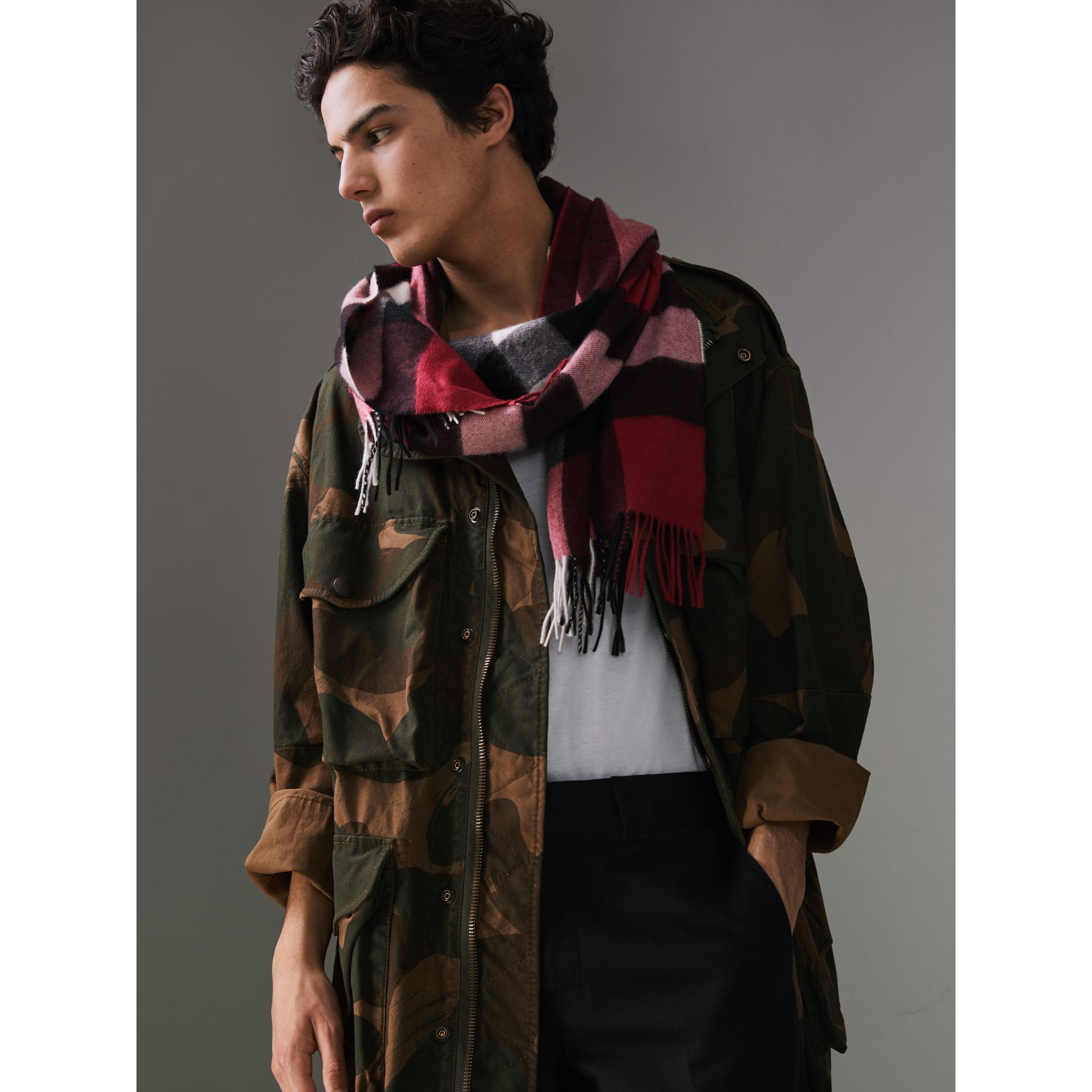 The Large Classic Cashmere Scarf in Check in Fuchsia Pink | Burberry United States - gallery image 5