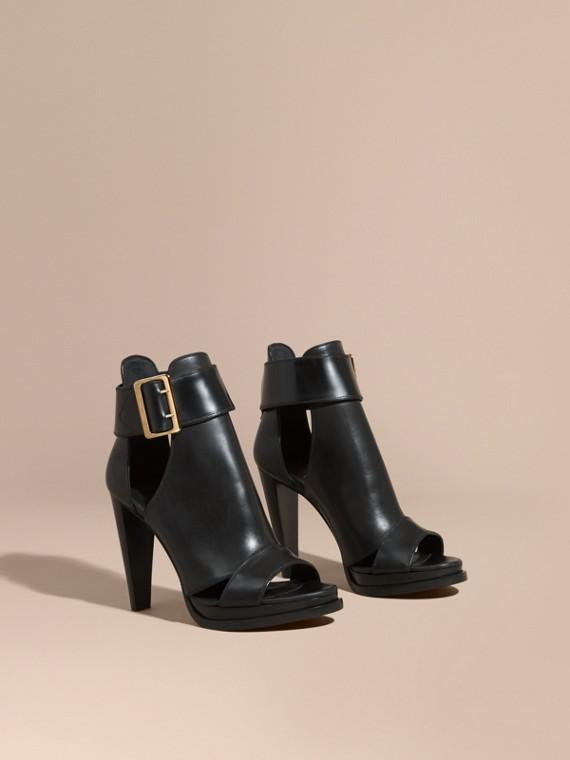 Ankle boots peep-toe com plataforma e detalhe de fivela