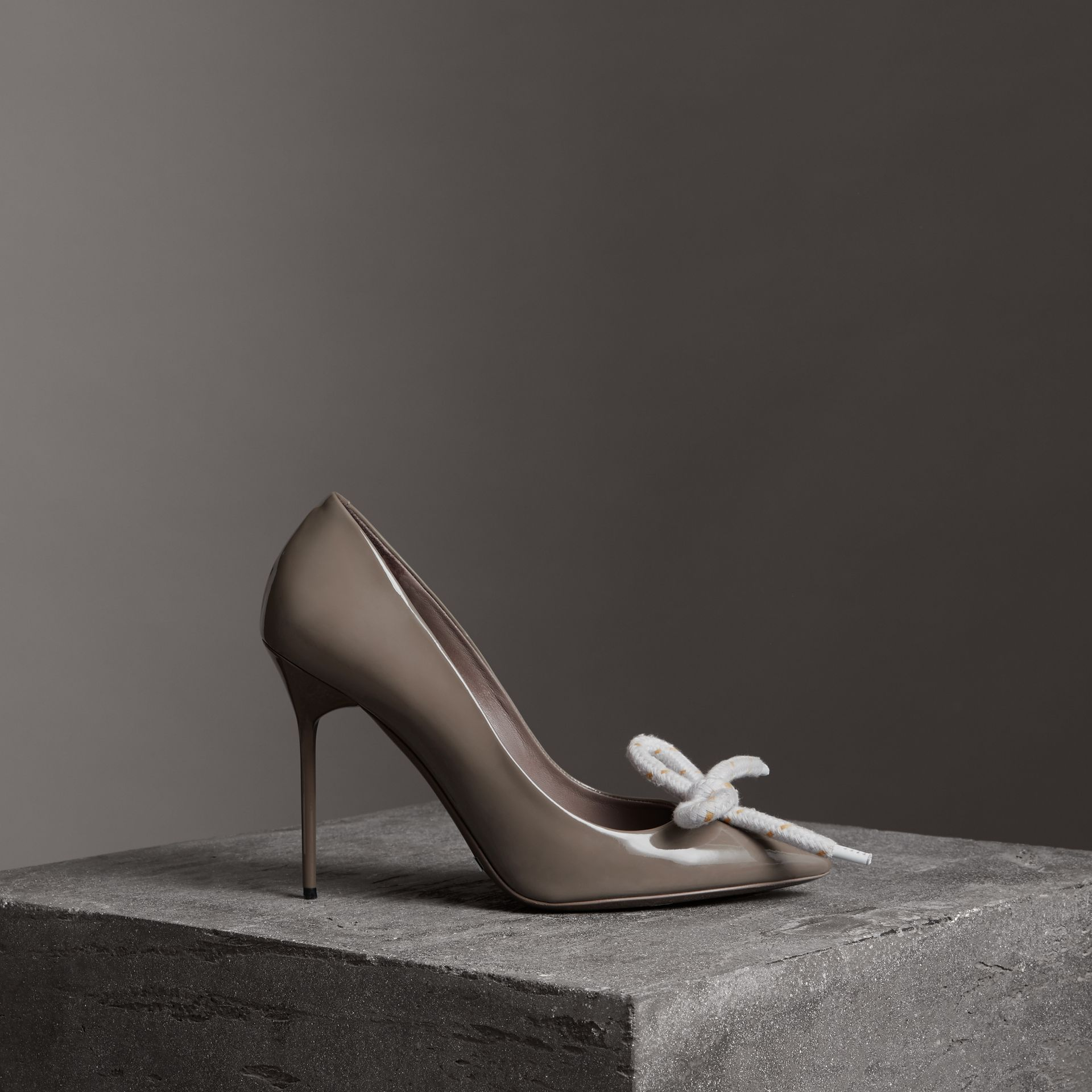 Stiletto-Pumps aus Lackleder mit Kordeldetail (Taupe-grau) - Damen | Burberry - Galerie-Bild 0