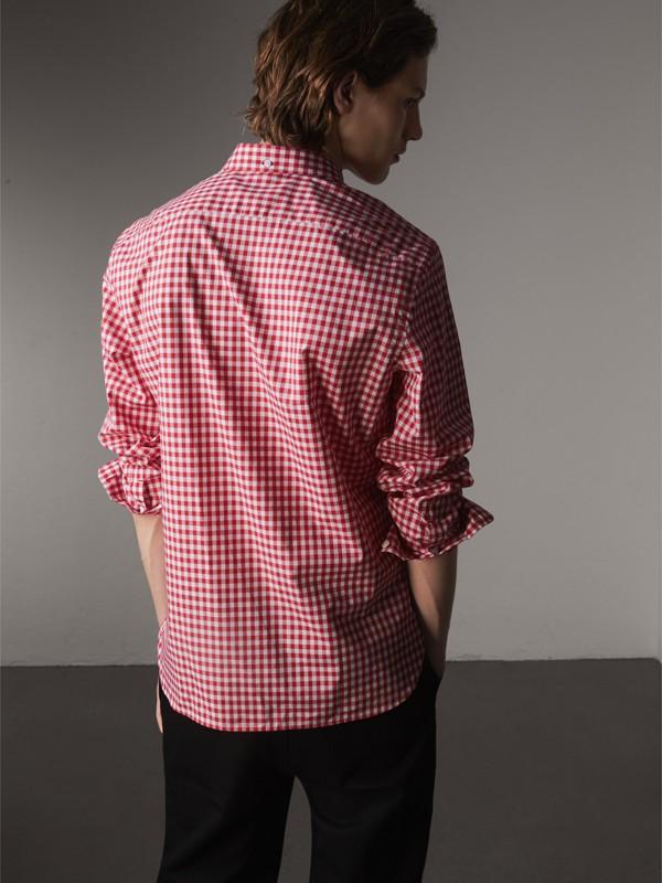 Camisa de algodão com colarinho abotoado e estampa xadrez Gingham (Vermelho Paixão) - Homens   Burberry - cell image 2