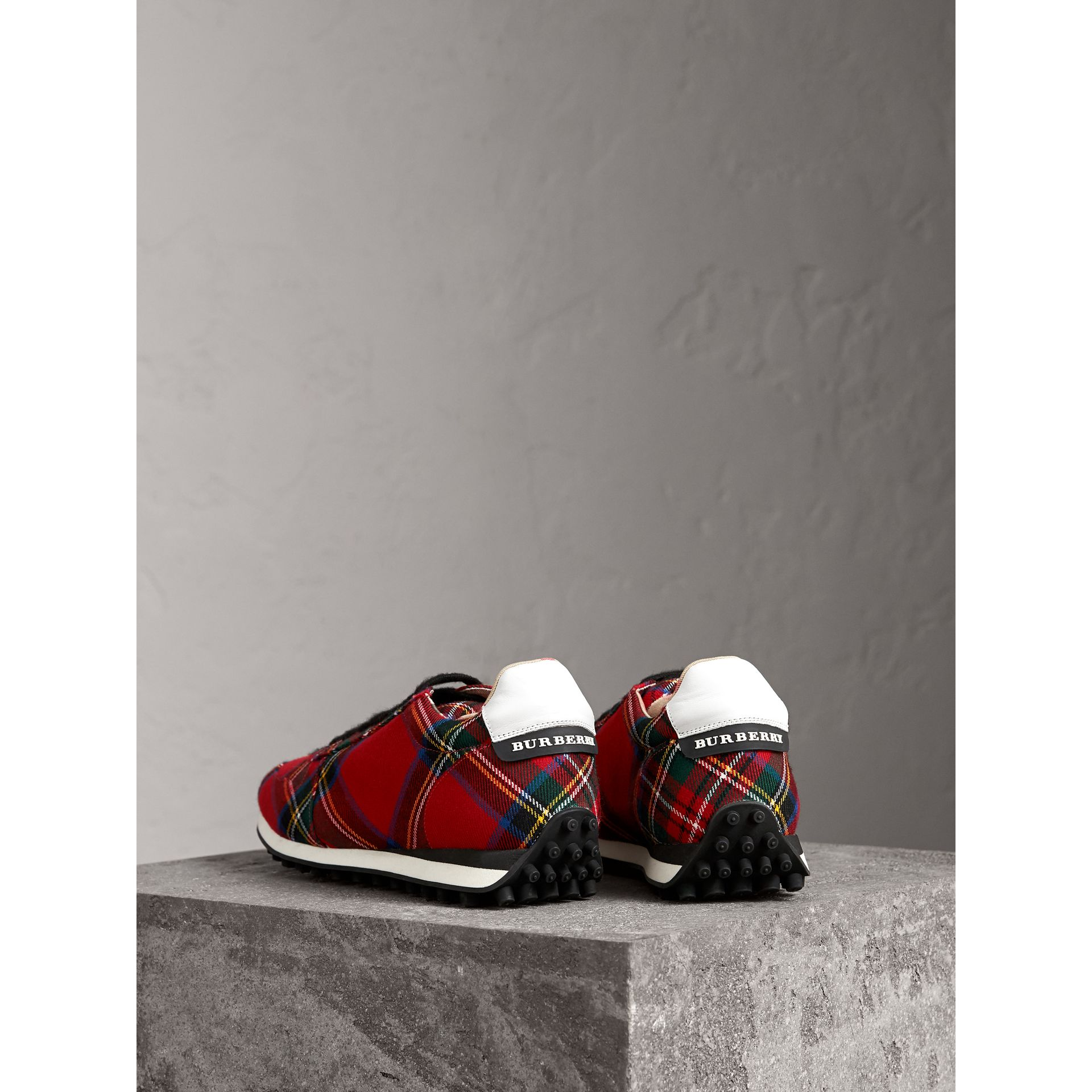 Sneakers en laine tartan (Rouge) - Homme | Burberry - photo de la galerie 3