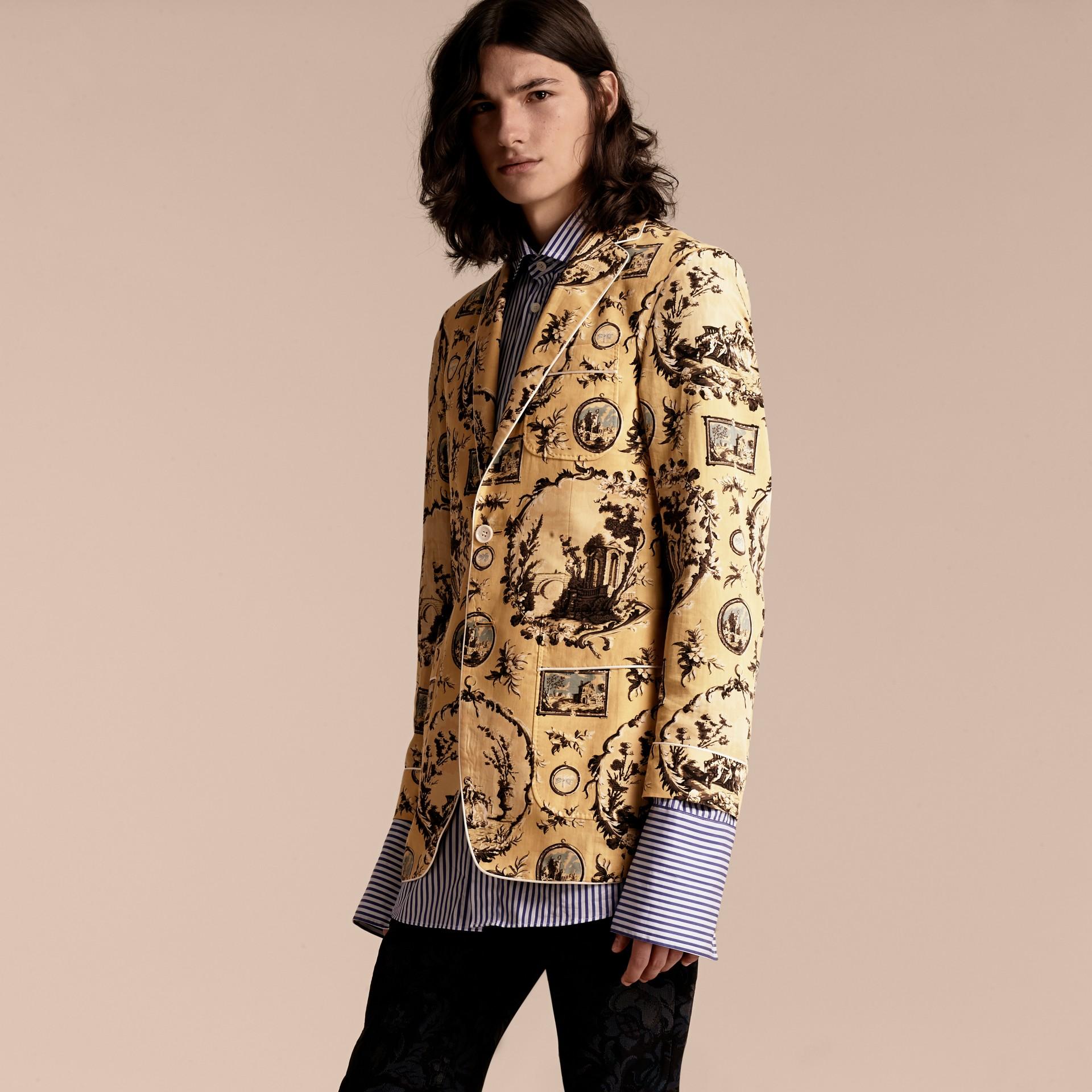 Gelb-gerstenfarben Körperbetonte Jacke aus Baumwollseide mit antikem Druck - Galerie-Bild 5