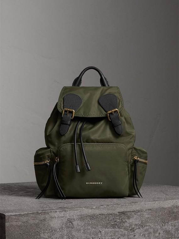 The Medium Rucksack aus Nylon und Leder (Canvasgrün)