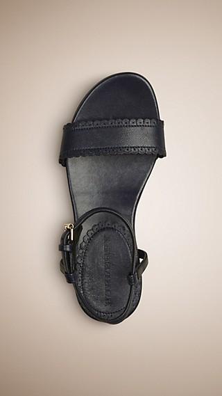 Sandales en cuir à bordure festonnée
