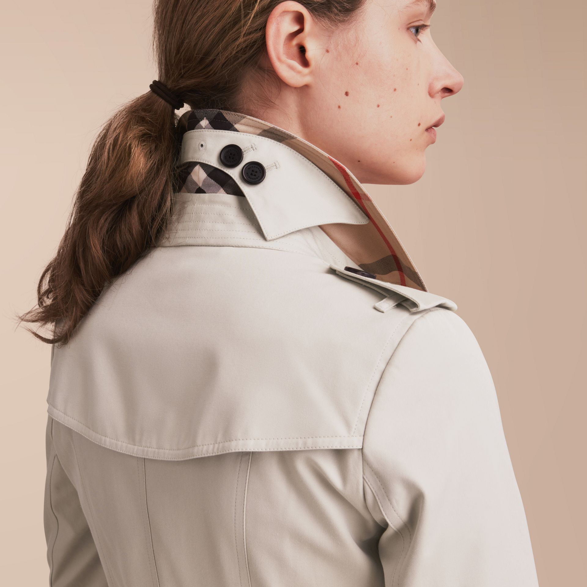 The Chelsea – Trench Heritage mi-long (Stone) - Femme | Burberry - photo de la galerie 5