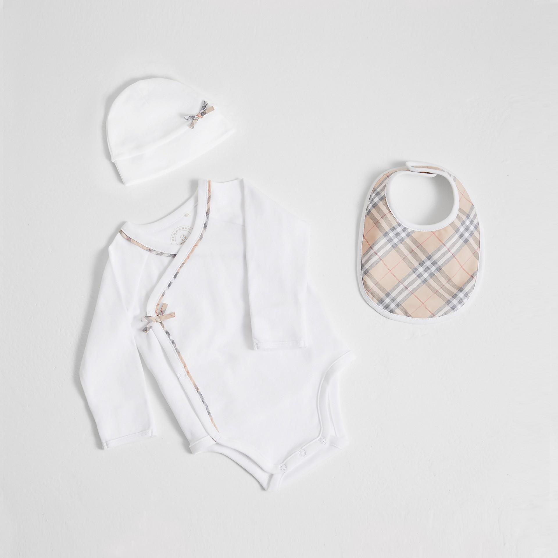 格紋棉質三件組嬰兒禮盒 (白色) | Burberry - 圖庫照片 0