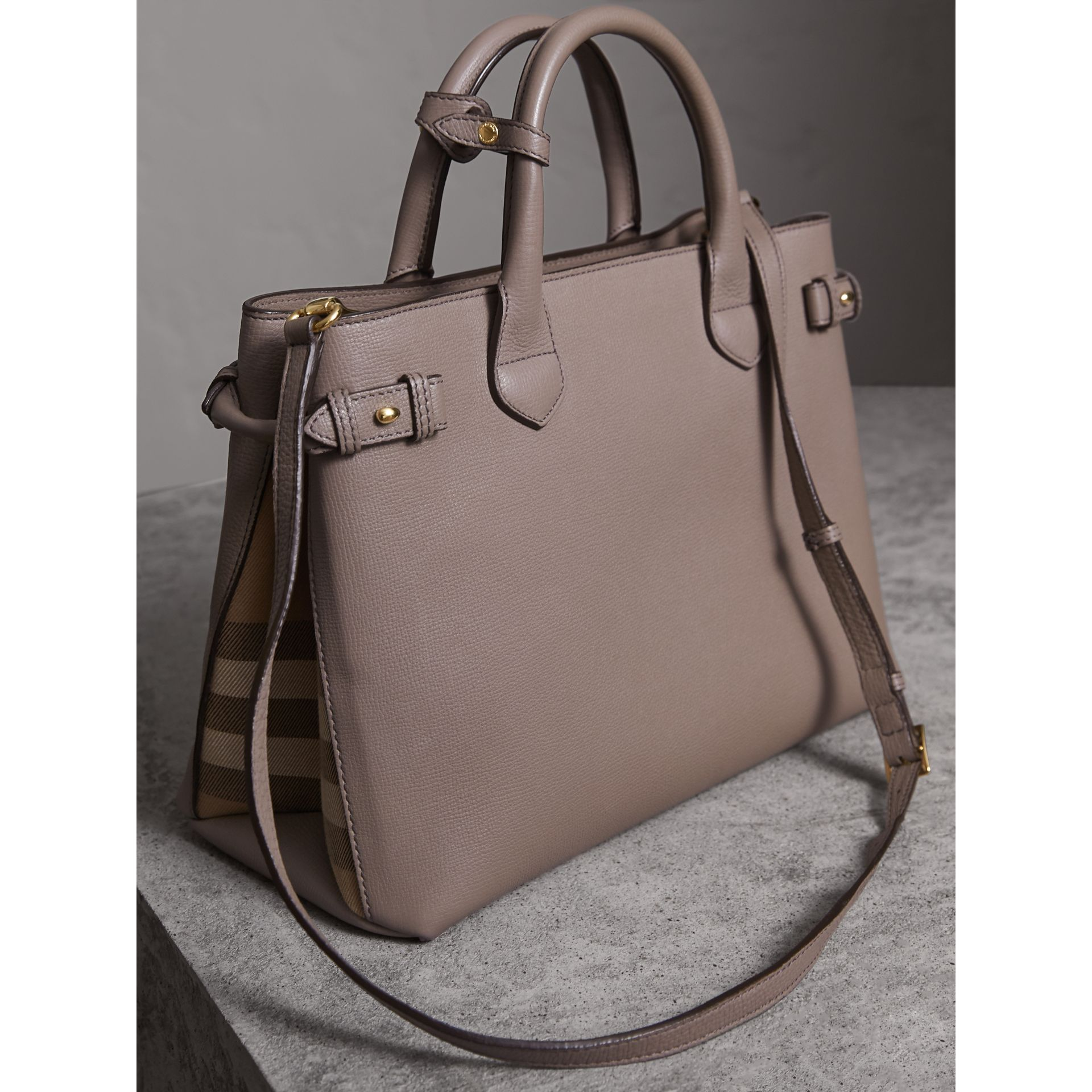 Sac The Banner medium en cuir et coton House check (Gris Chardon) - Femme | Burberry - photo de la galerie 5