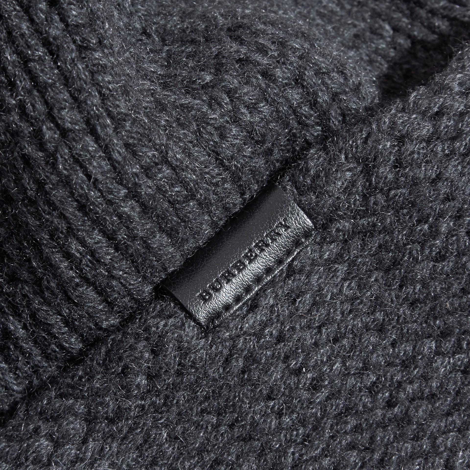 Nero fumo Cappellino in cashmere lavorato a maglia - immagine della galleria 3