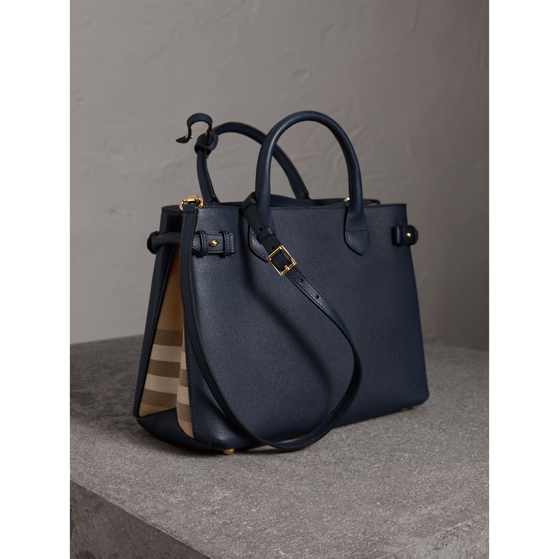 Sac The Banner medium en cuir et coton House check (Bleu Encre) - Femme | Burberry Canada - photo de la galerie 4