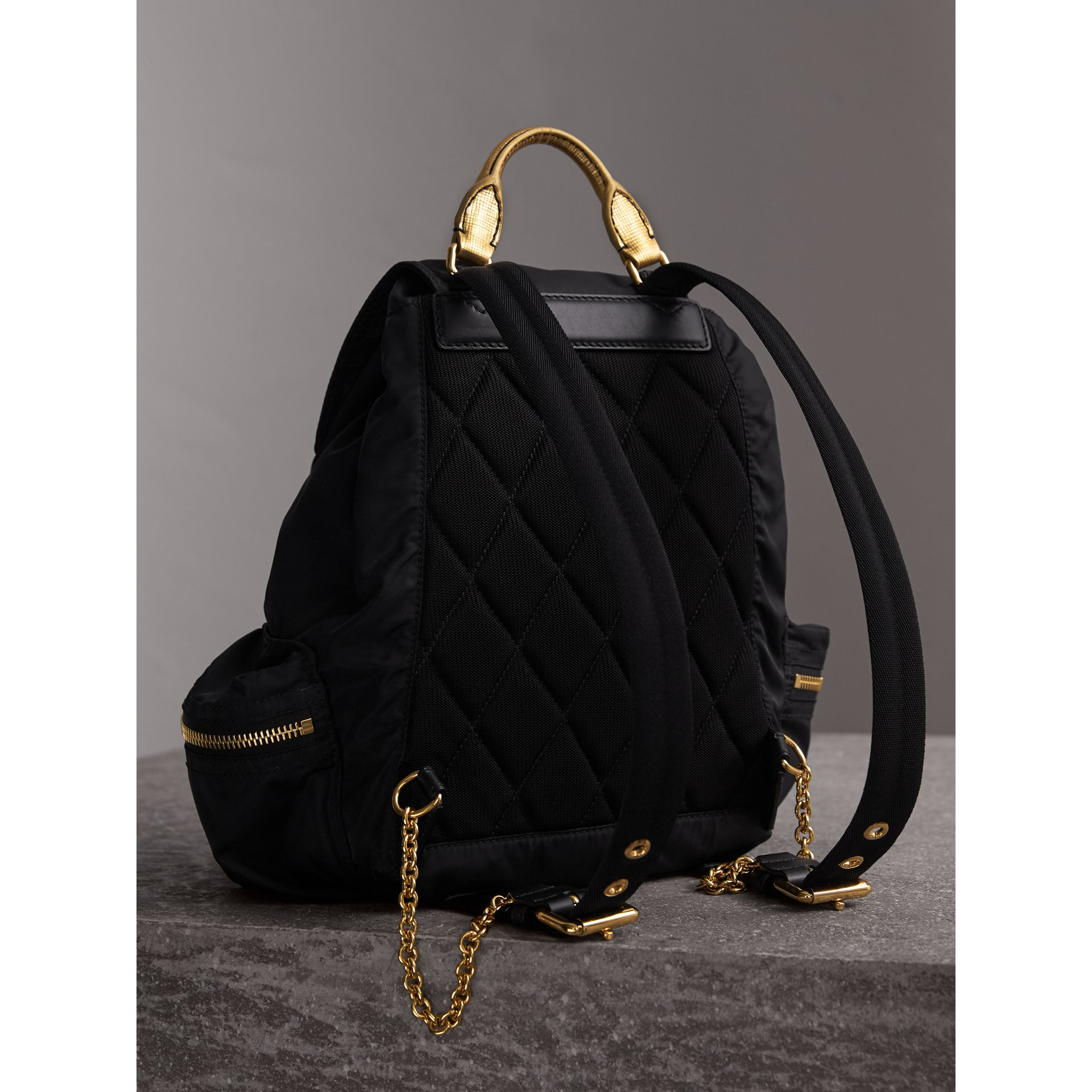 Sac The Rucksack moyen en nylon bicolore et cuir (Noir/or) - Femme | Burberry - photo de la galerie 4