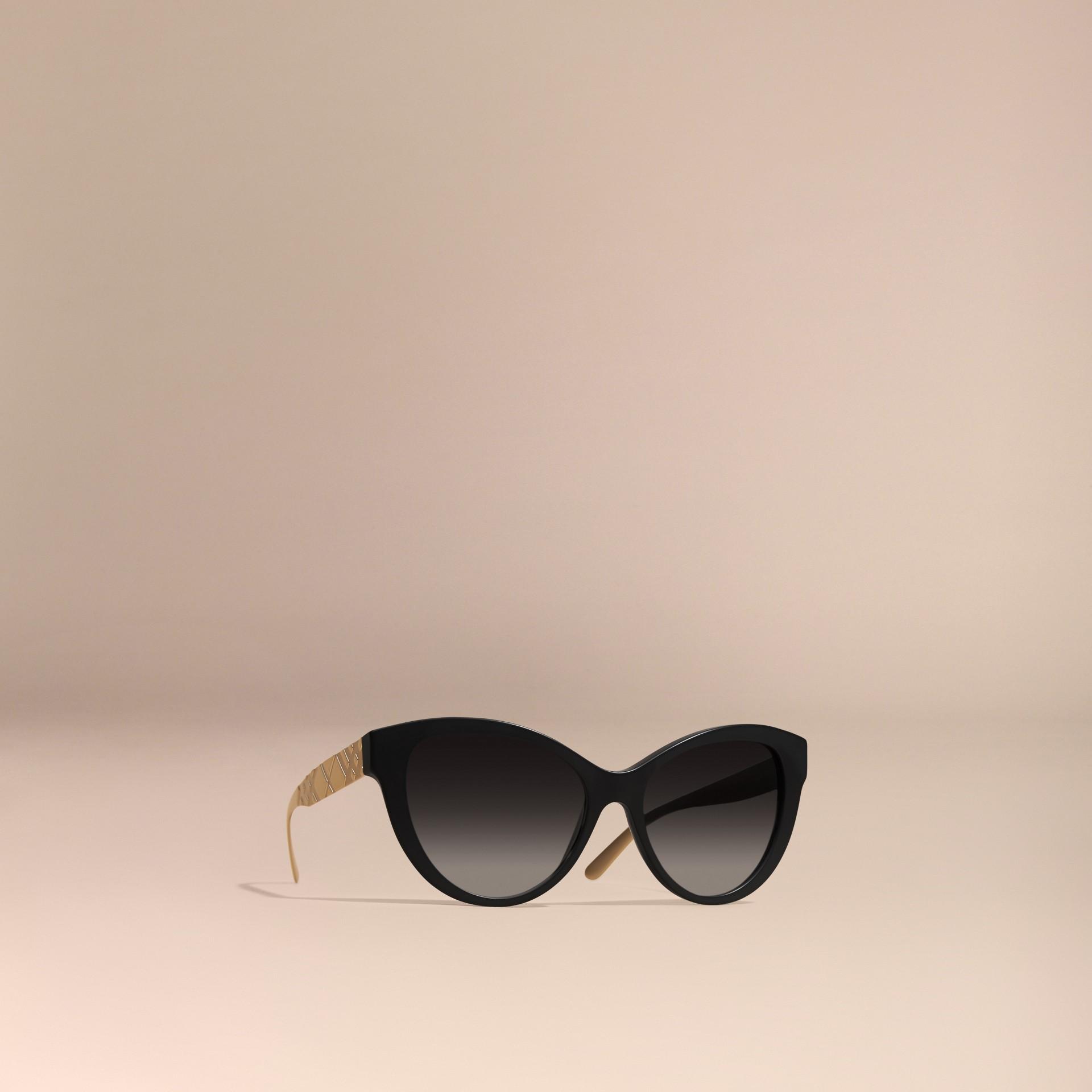 Noir Lunettes de soleil œil-de-chat avec détails check tridimensionnels Noir - photo de la galerie 1