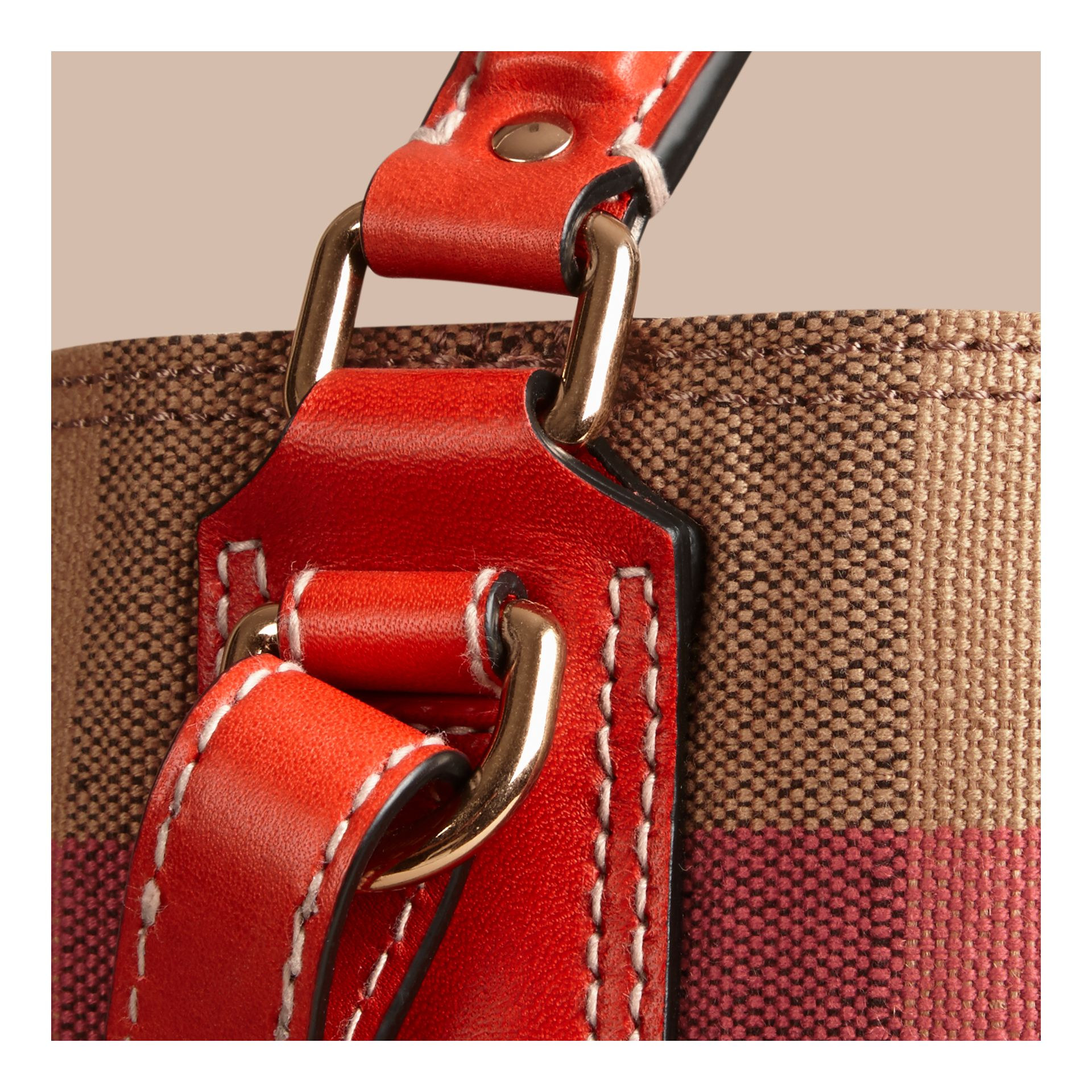 The Ashby media con pelle e motivo Canvas check (Rosso Cadmio) - Donna | Burberry - immagine della galleria 5