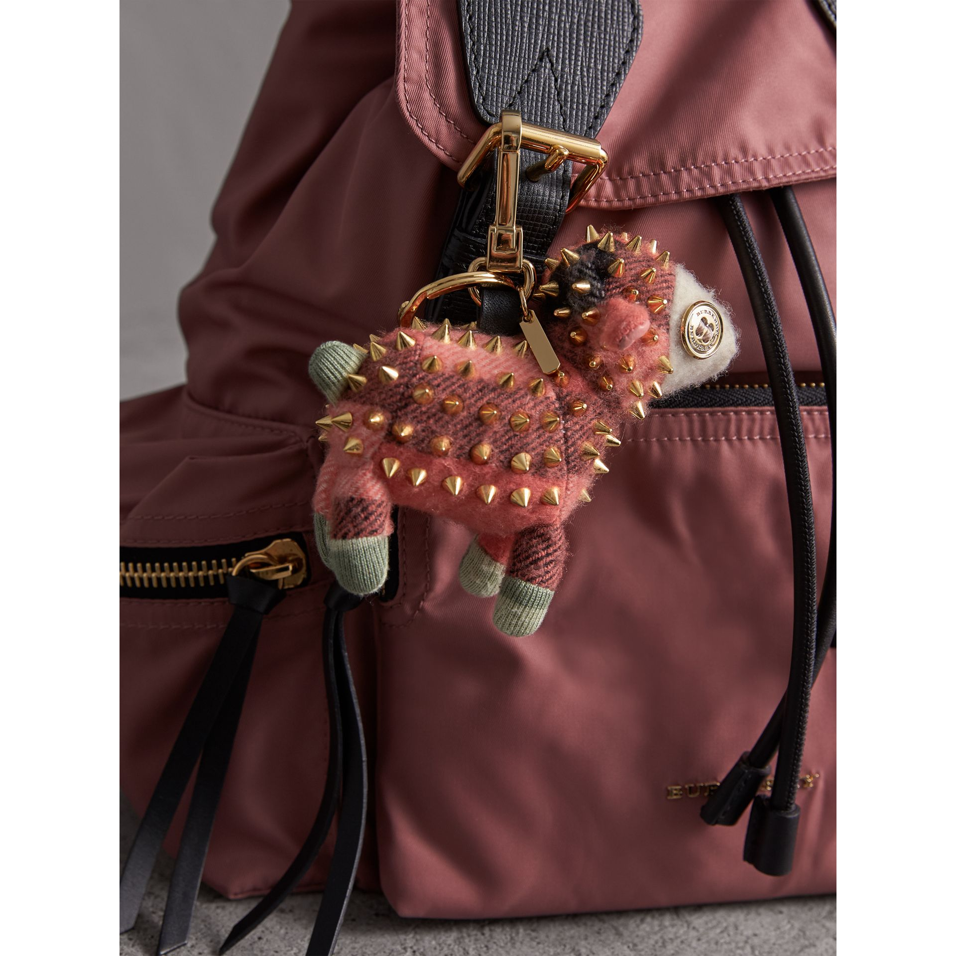 Ciondolo in cashmere Wendy The Sheep (Corallo) | Burberry - immagine della galleria 2