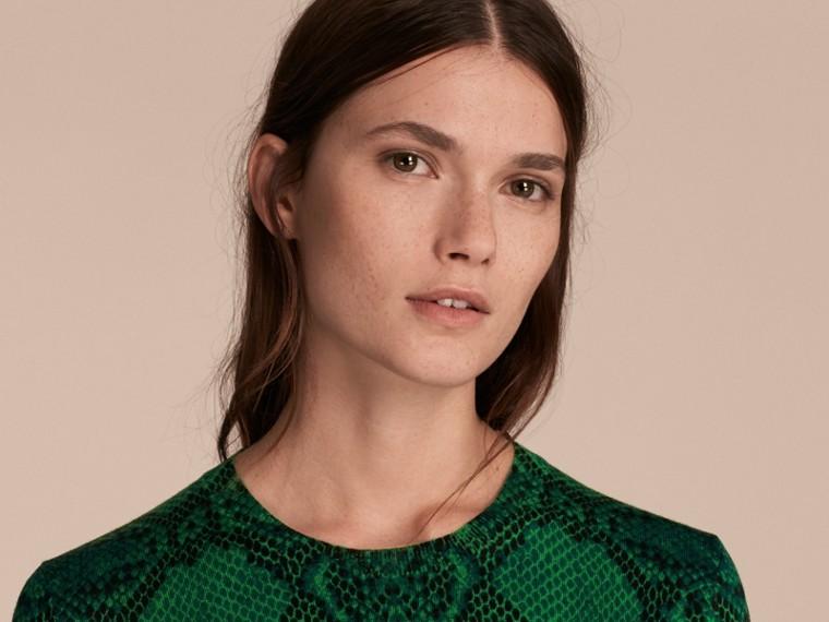 Verde pigmento Suéter de lã Merino com estampa de píton e detalhe xadrez Verde Pigmento - cell image 4