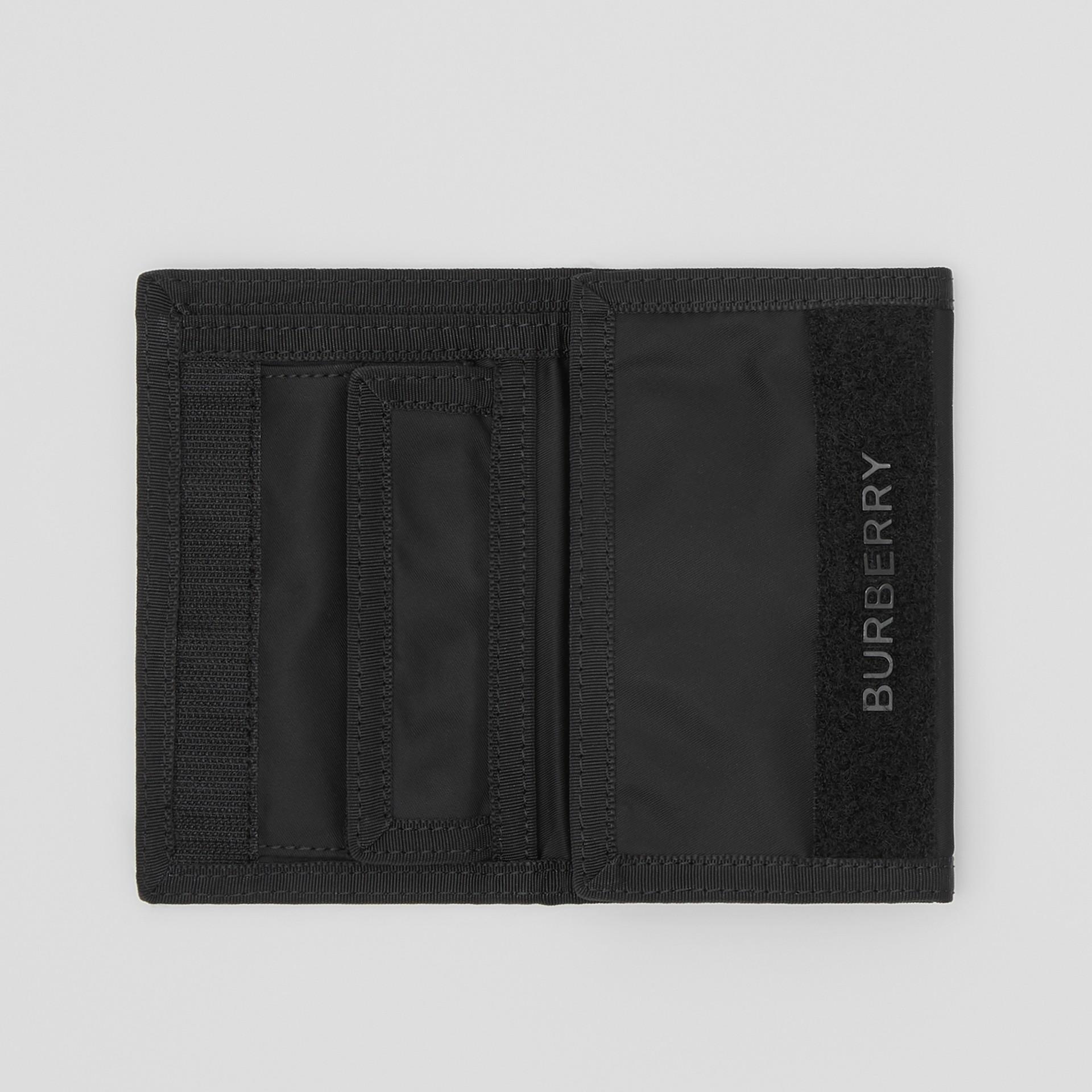 Carteira de viagem de nylon com estampa de logotipo (Preto/branco) | Burberry - galeria de imagens 5