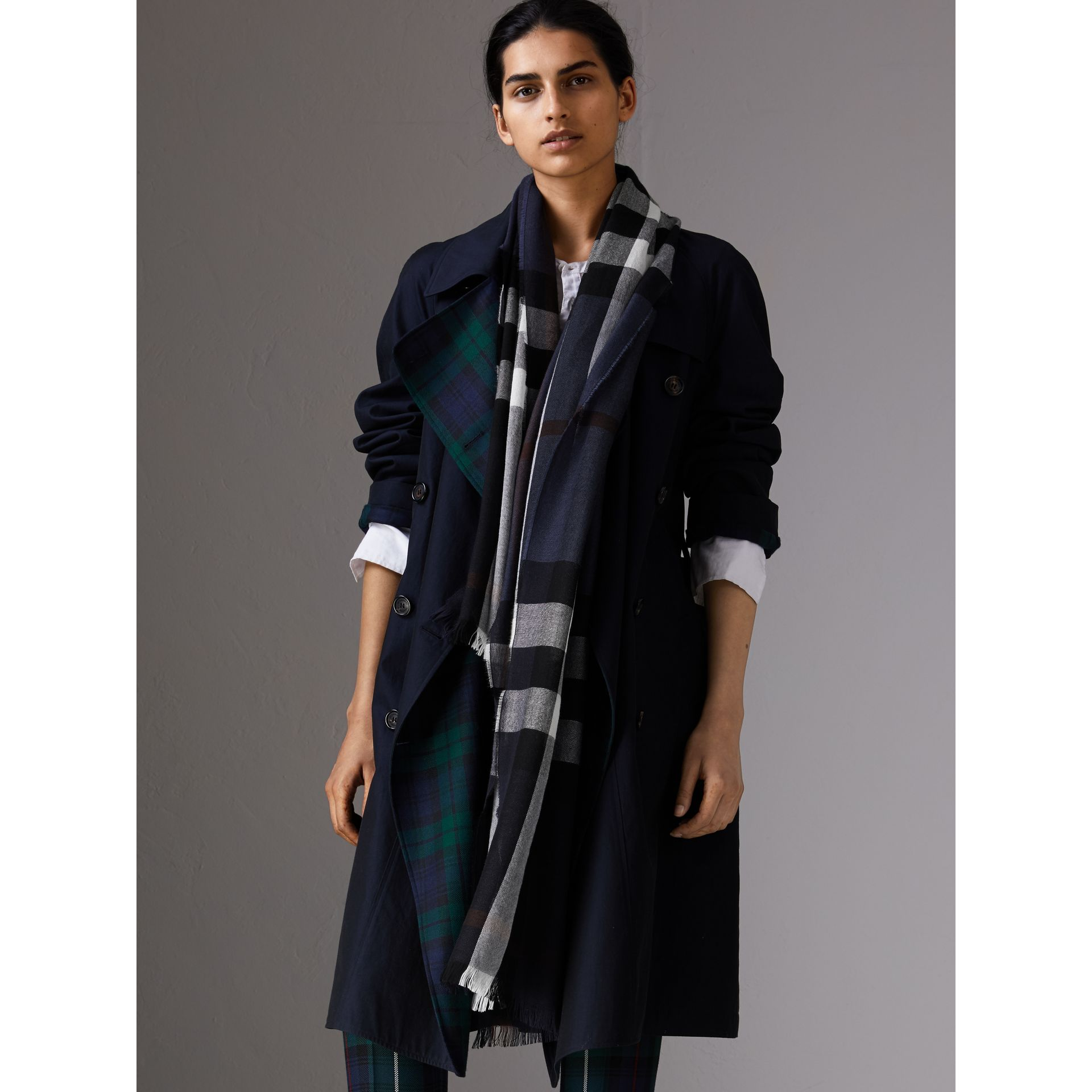 Lightweight Check Wool Cashmere Scarf in Navy | Burberry - gallery image 2