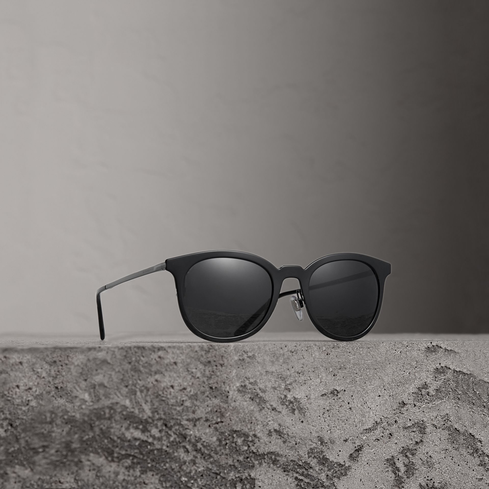 Round Frame Sunglasses in Black - Men | Burberry Singapore - gallery image 0