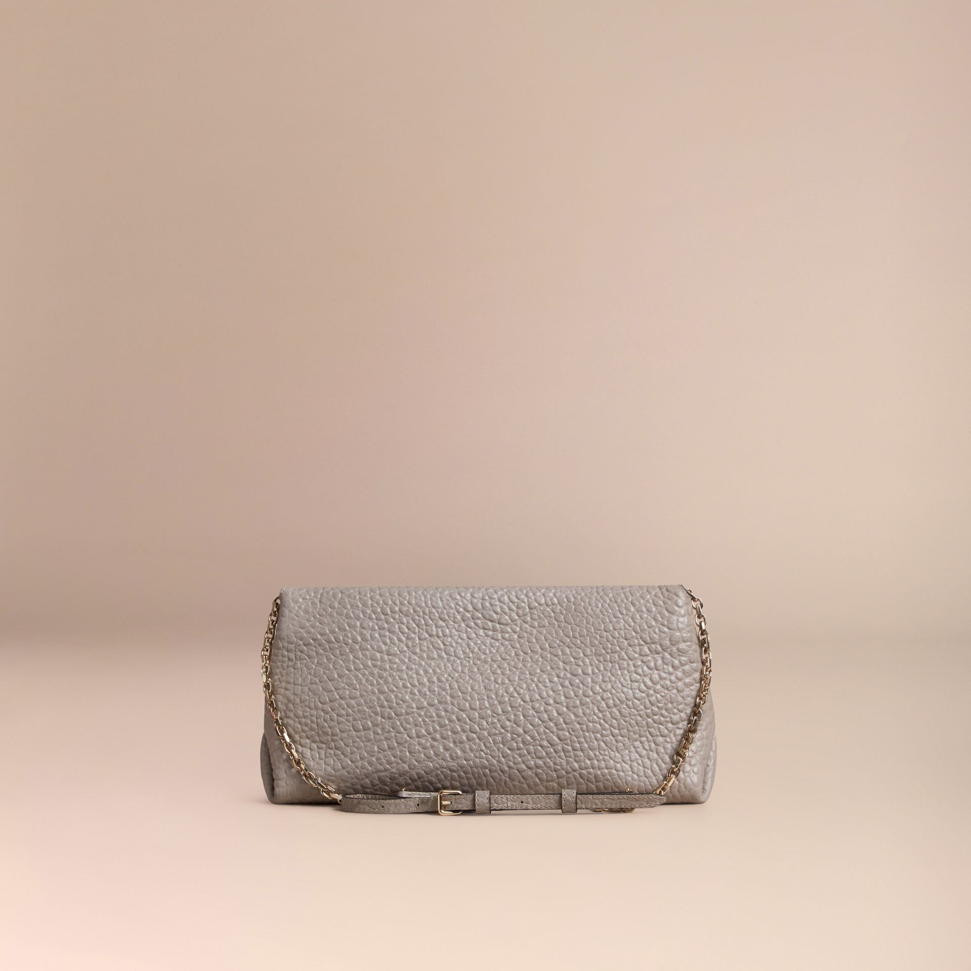 Gris pâle Clutch medium en cuir grainé emblématique Gris Pâle - photo de la galerie 4