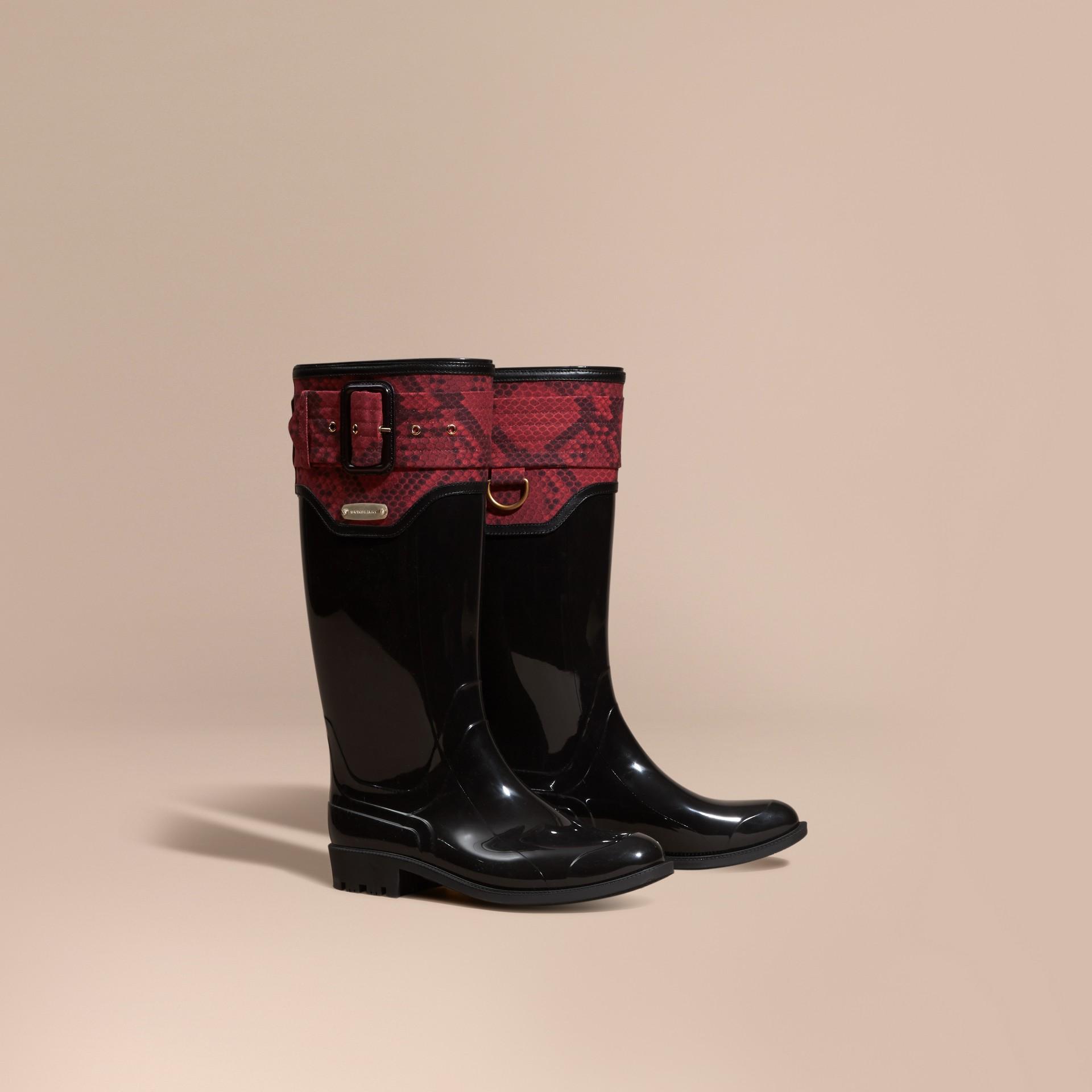 黑色/溫莎紅 蟒紋細節設計雨靴 黑色/溫莎紅 - 圖庫照片 1