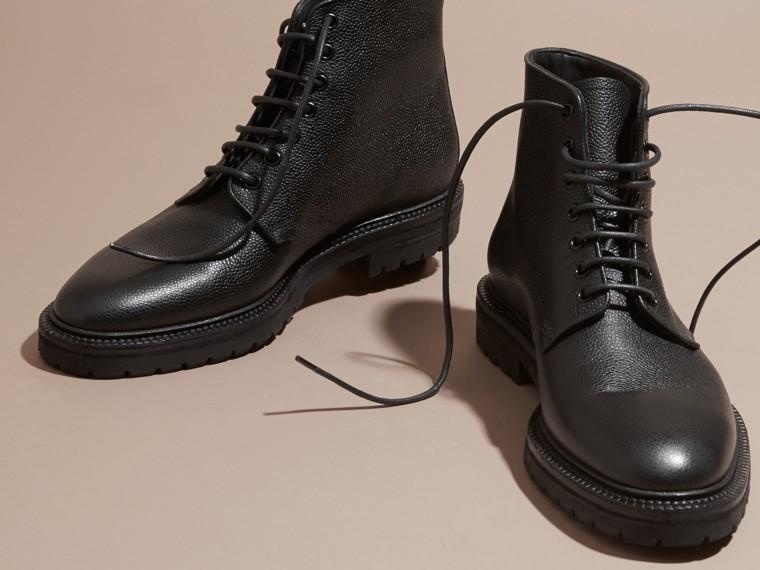 Stivali con lacci in pelle a grana