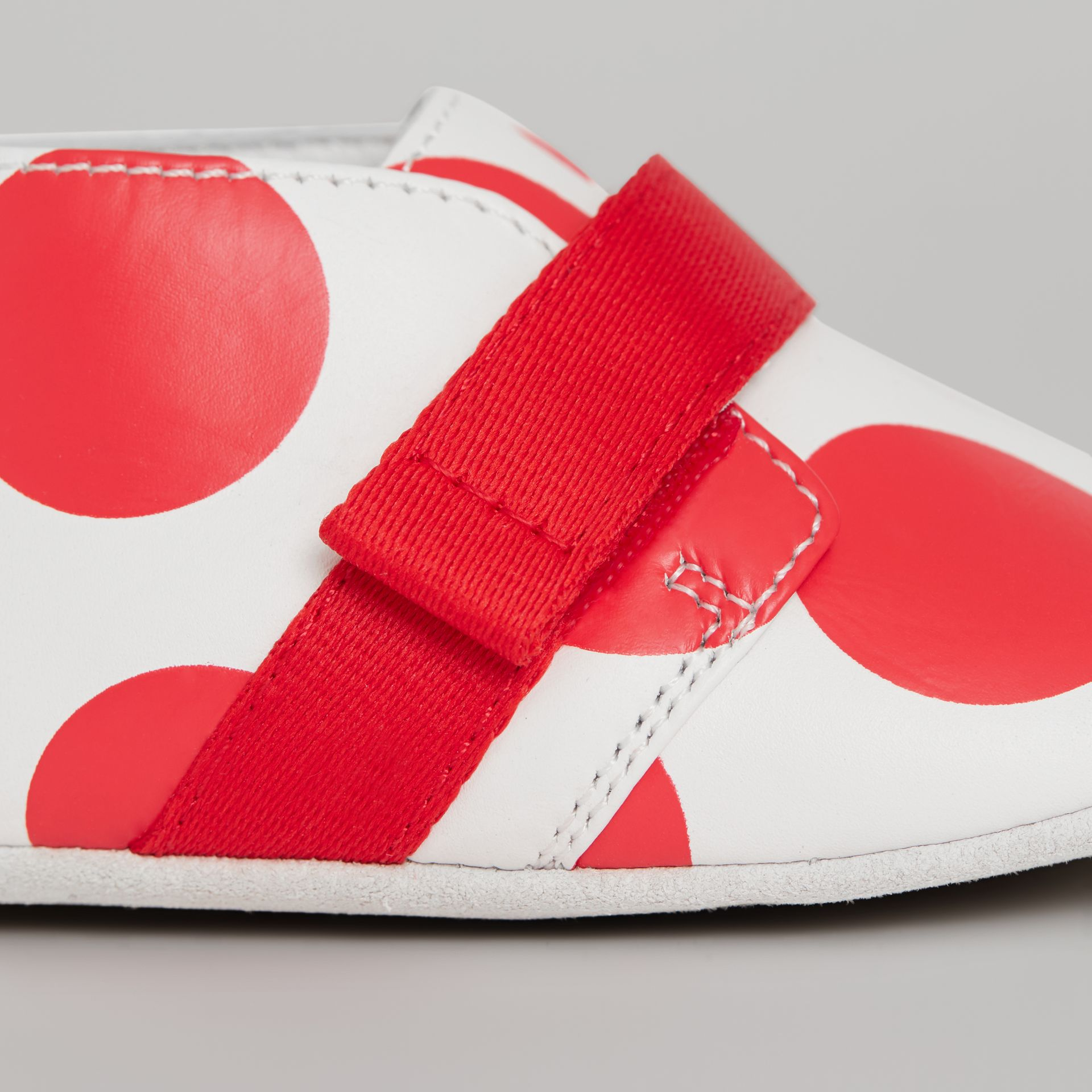 Chaussures en cuir à pois (Rouge Vif) - Enfant | Burberry - photo de la galerie 1