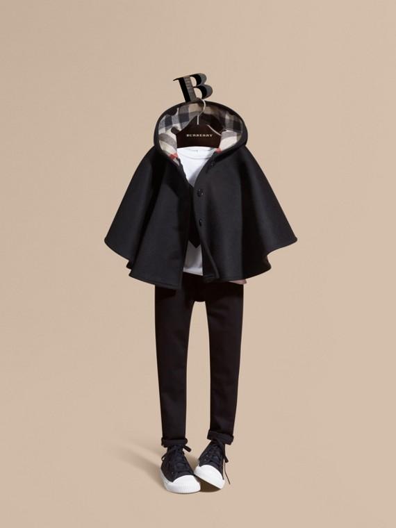 Capa de lã com capuz e estampa de corações e xadrez