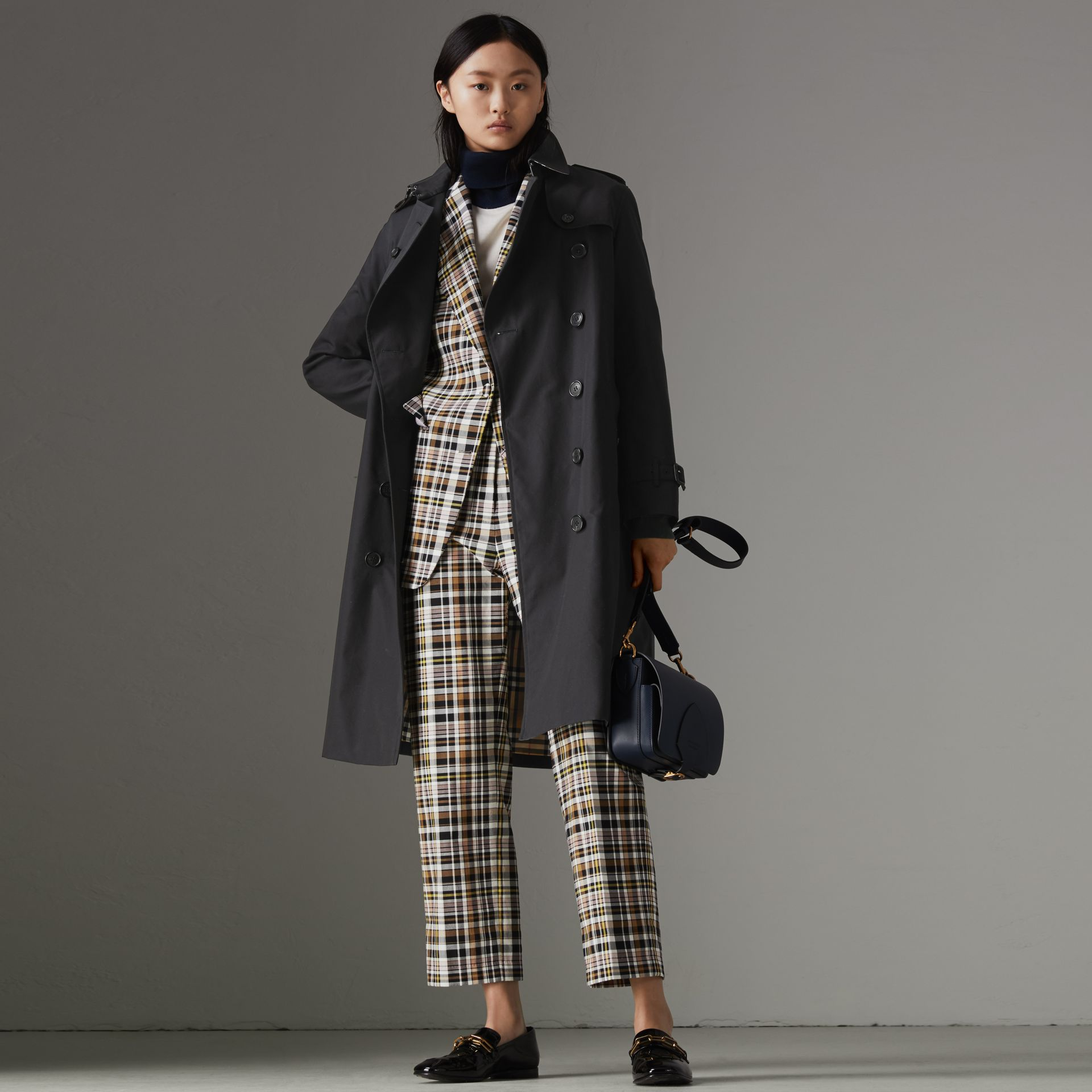 The Long Kensington Heritage Trench Coat in Midnight - Women | Burberry United Kingdom - gallery image 0
