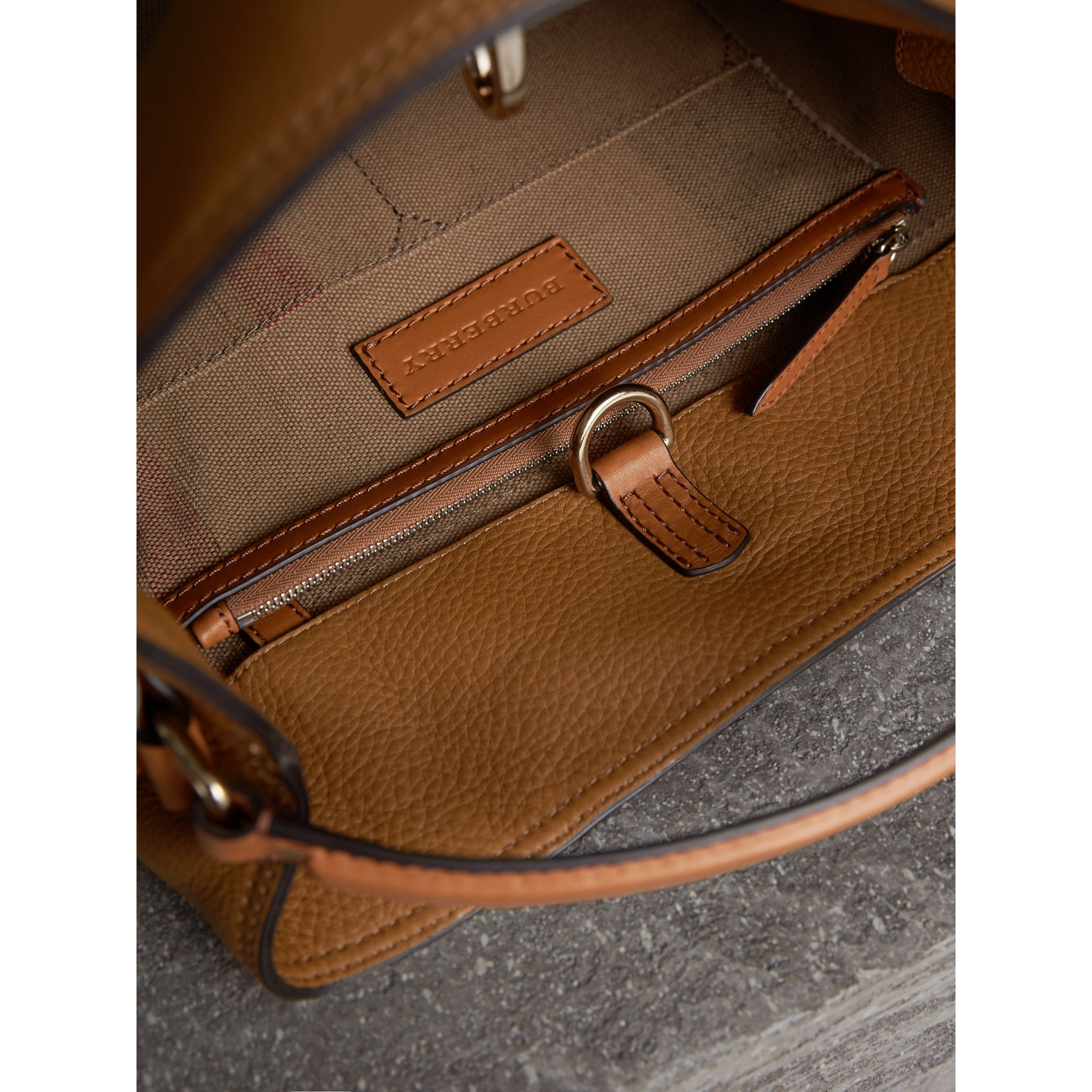 The Ashby media con pelle e motivo Canvas check - Donna | Burberry - immagine della galleria 5