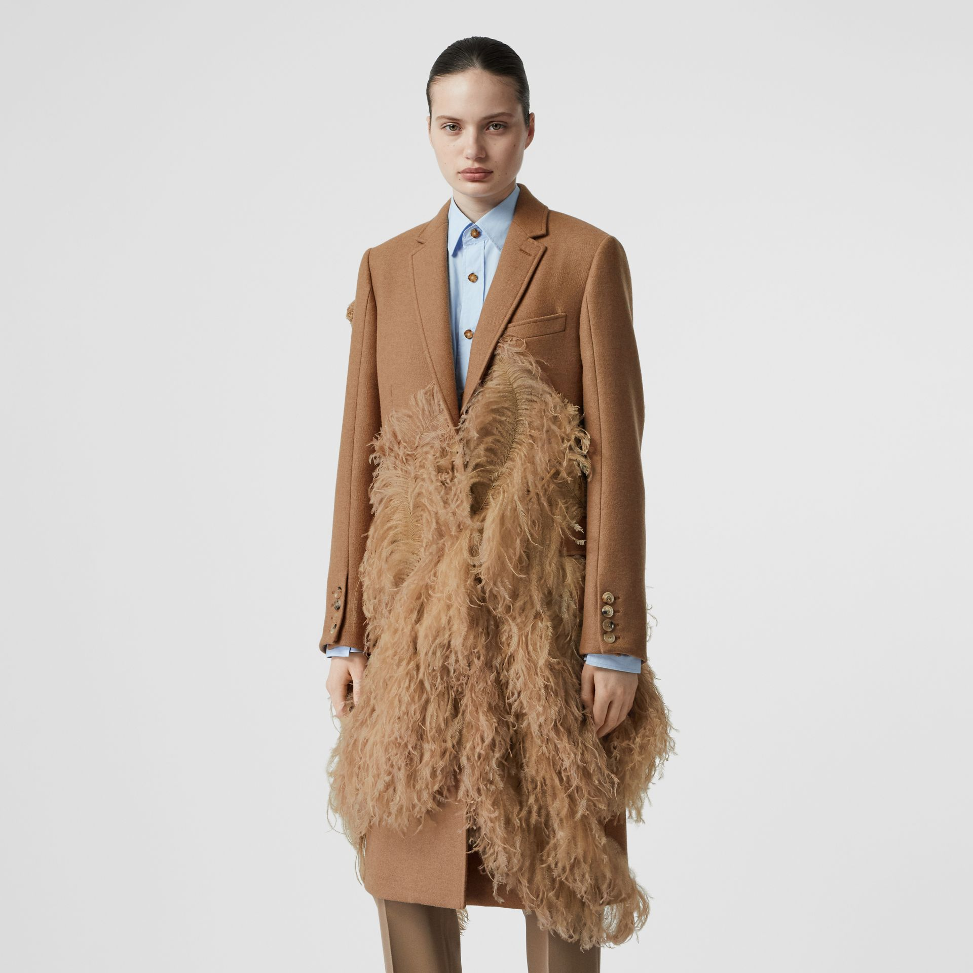 Abrigo de vestir en pelo de camello con detalle de plumas (Cámel) - Mujer | Burberry - imagen de la galería 6