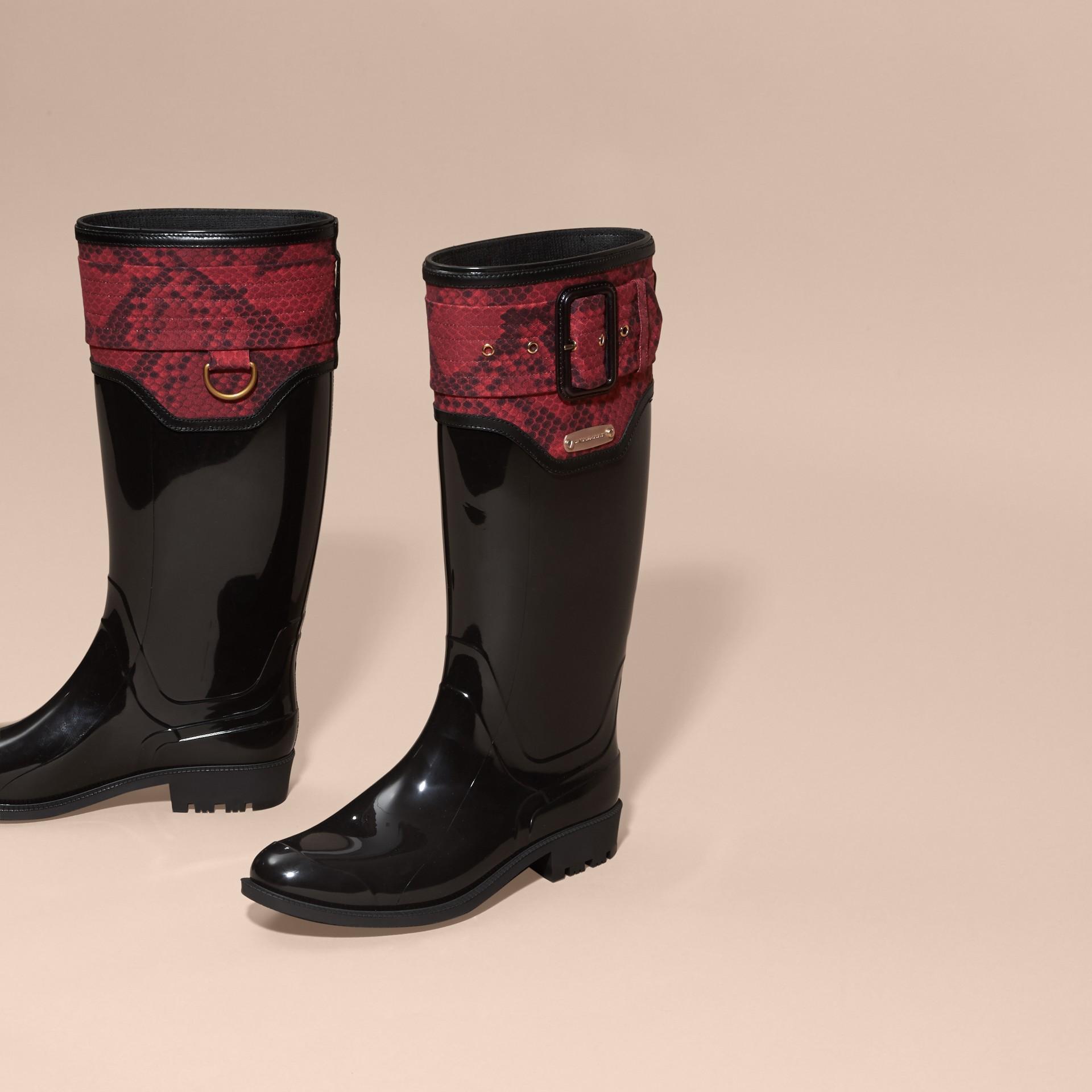 黑色/溫莎紅 蟒紋細節設計雨靴 黑色/溫莎紅 - 圖庫照片 2