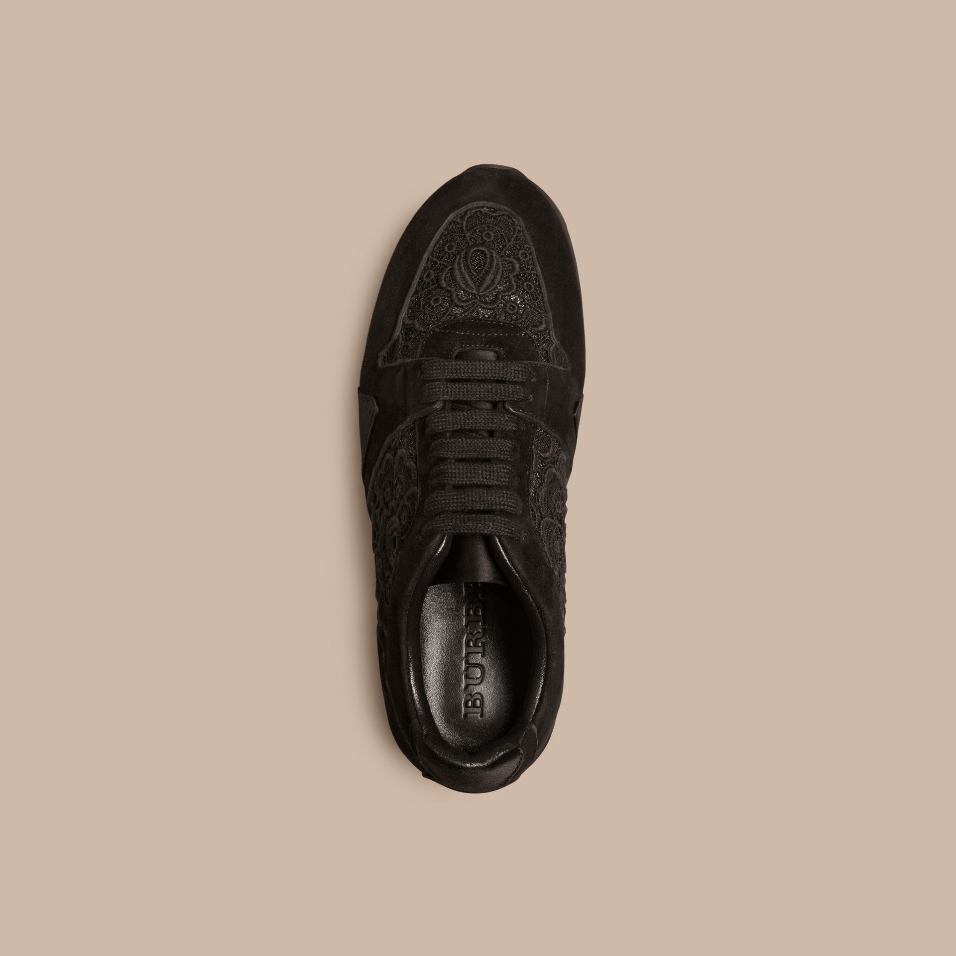 黑色 The Field 蕾絲與麂皮野地運動鞋 - 圖庫照片 3