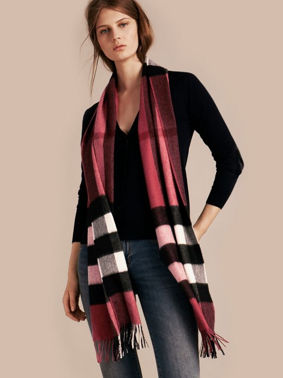 The Large Classic Cashmere Scarf in Check in Fuchsia Pink | Burberry - cell image 2