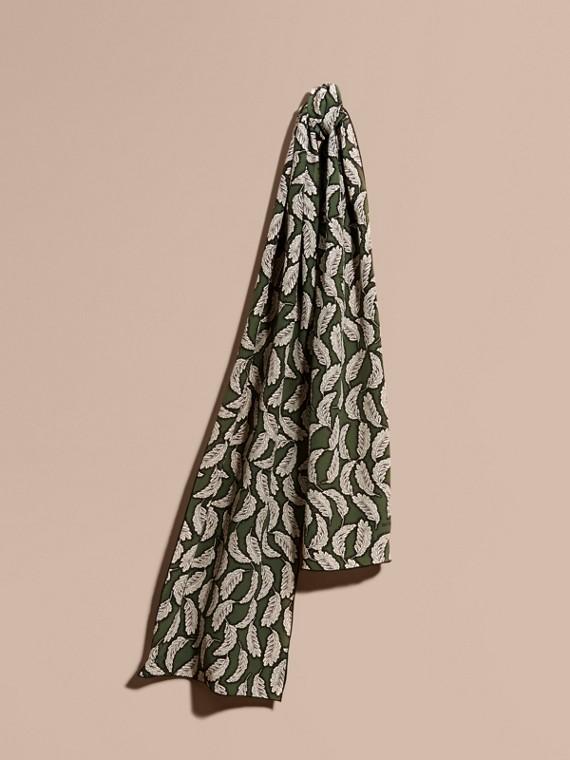 Seidenschal mit Blättermotiv