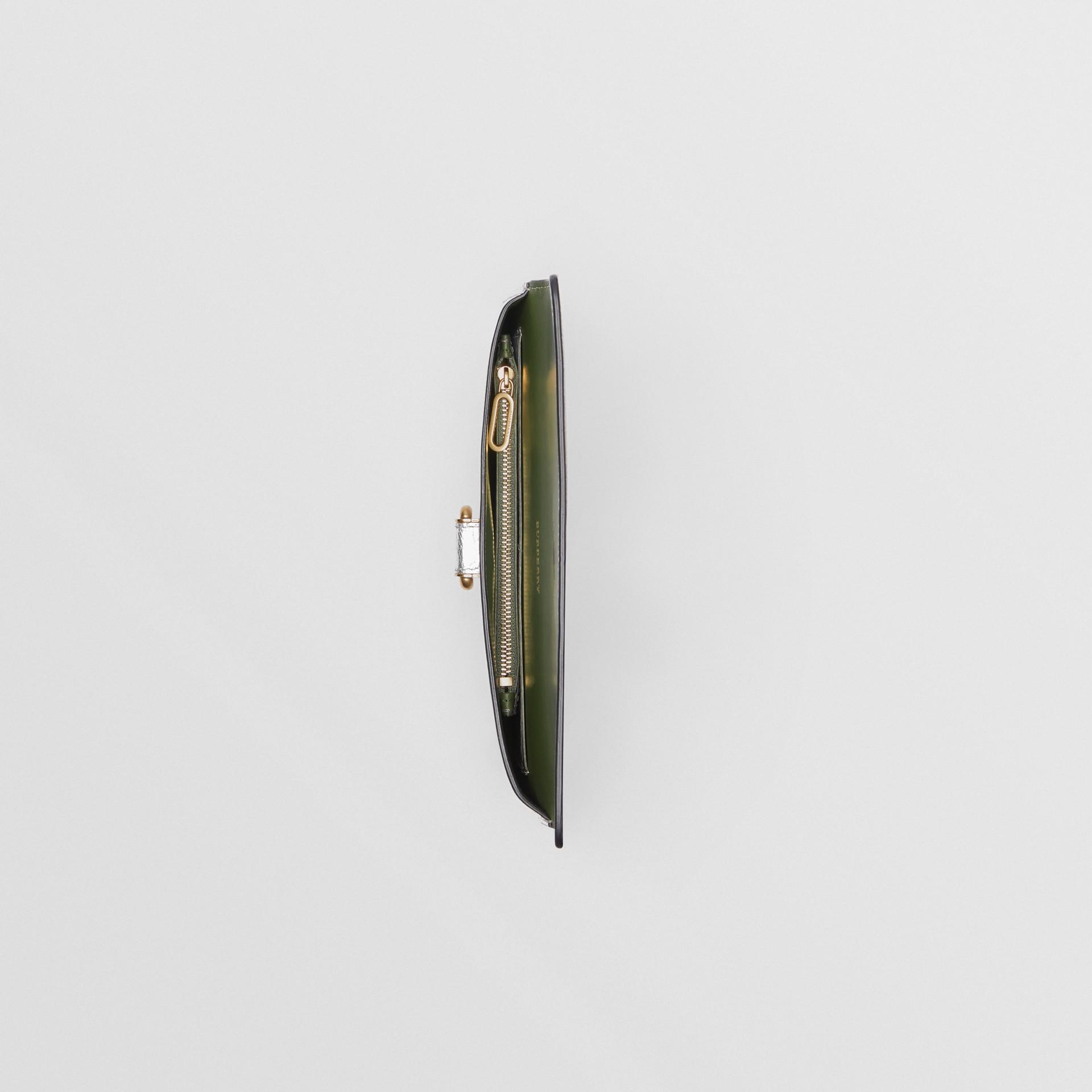 Trousse con portamonete in pelle metallizzata con cerniera e anello a D (Argento) - Donna | Burberry - immagine della galleria 5