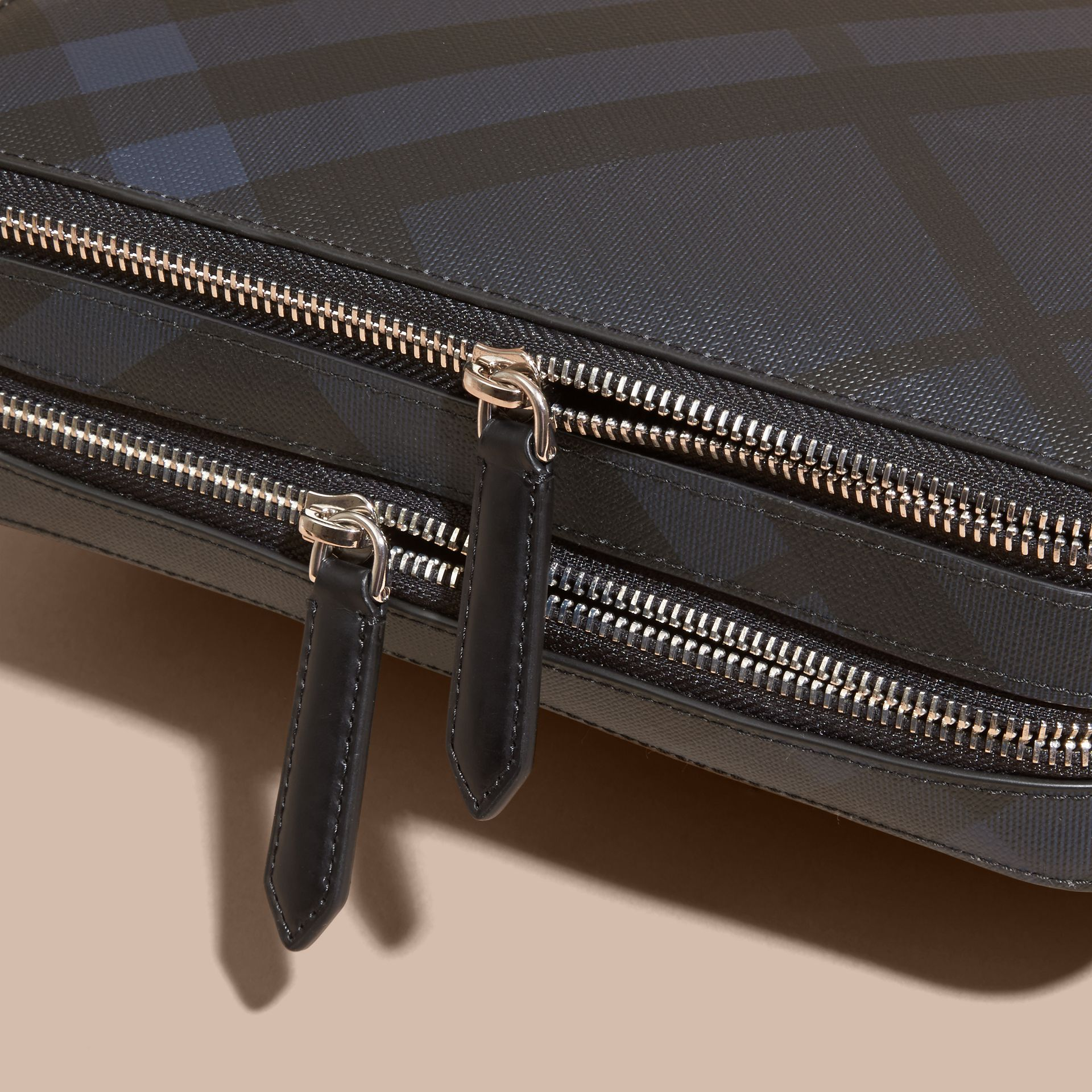 Leather-trimmed London Check Pouch Navy/black - gallery image 2