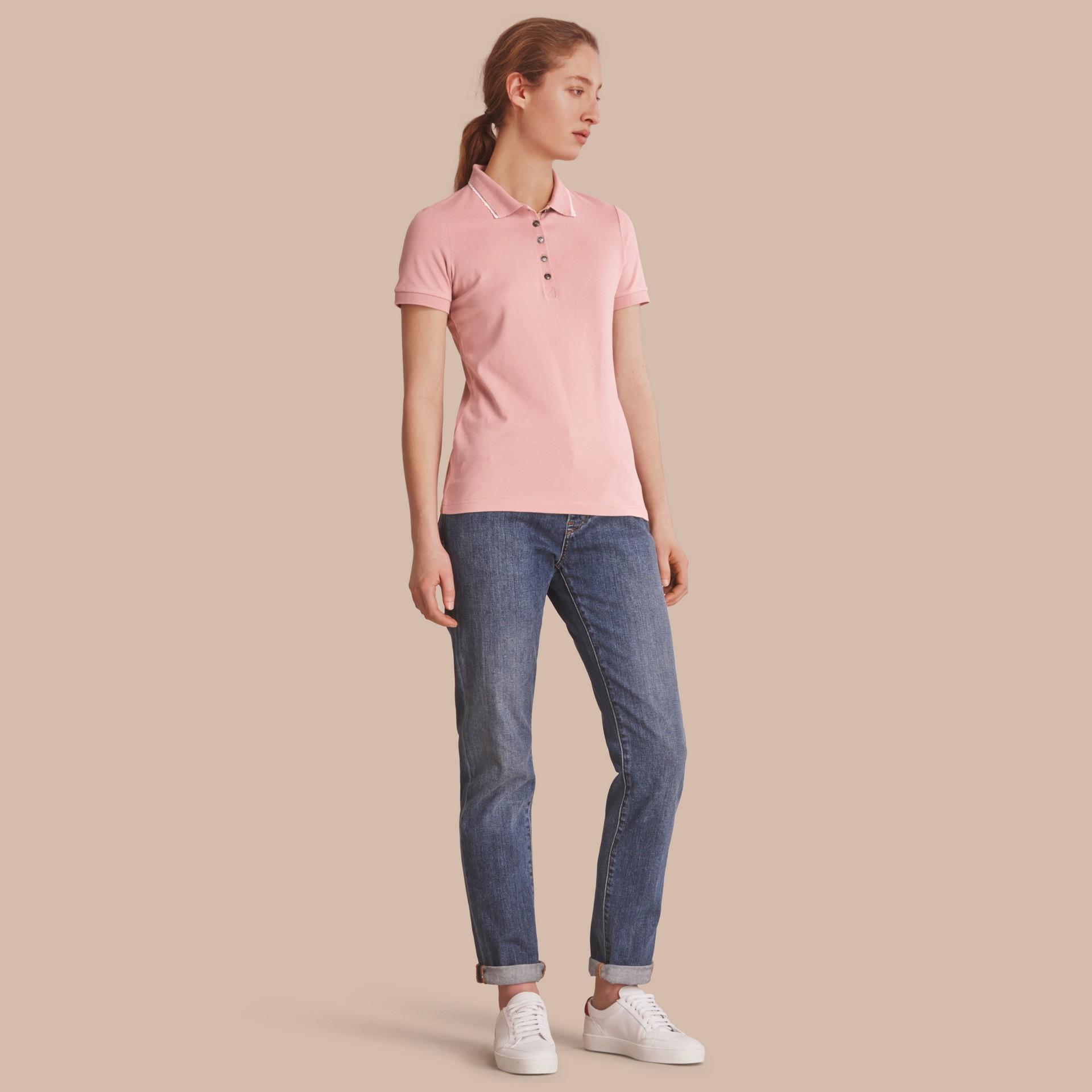 Camisa polo de algodão com detalhe de renda e xadrez (Nude) - Mulheres | Burberry - galeria de imagens 0