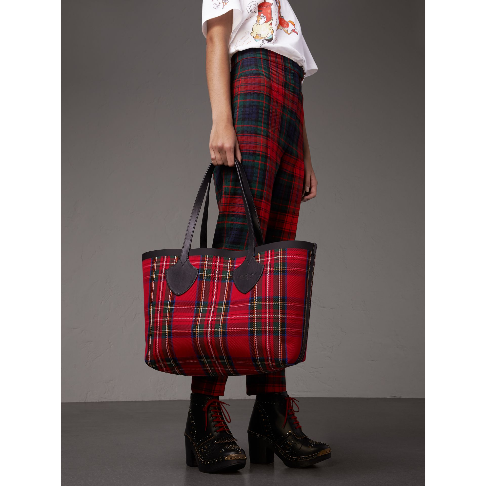 Sac tote The Giant moyen en Vintage check (Jaune Antique/rouge Vif) | Burberry - photo de la galerie 4