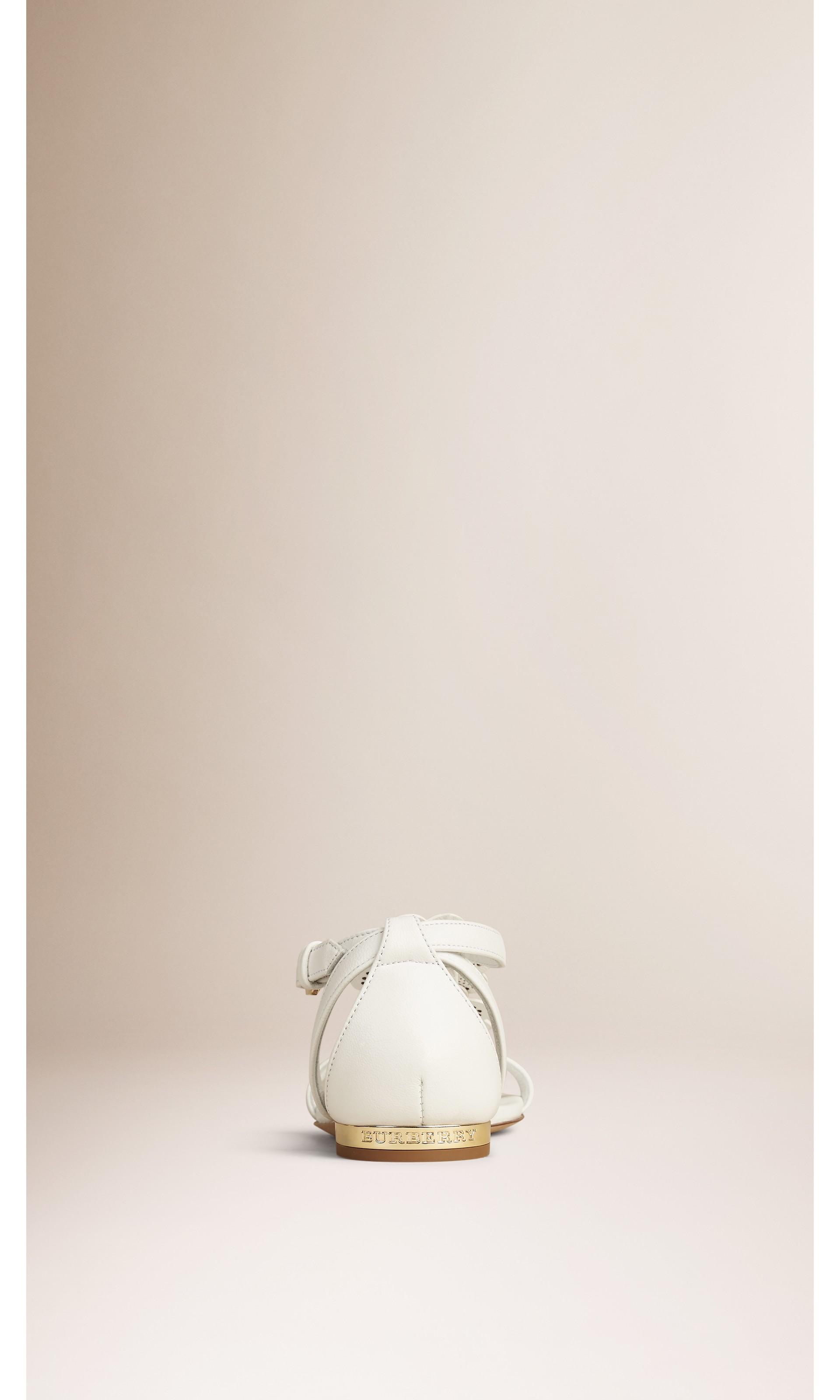 Branco ótico Sandálias de couro com detalhe floral - galeria de imagens 4