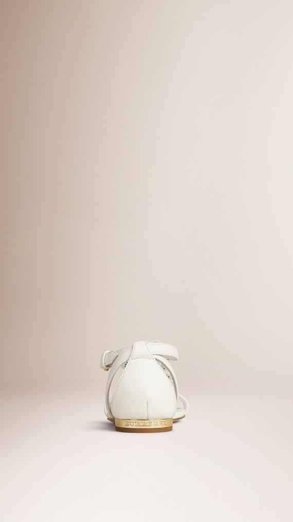 Branco ótico Sandálias de couro com detalhe floral - cell image 3
