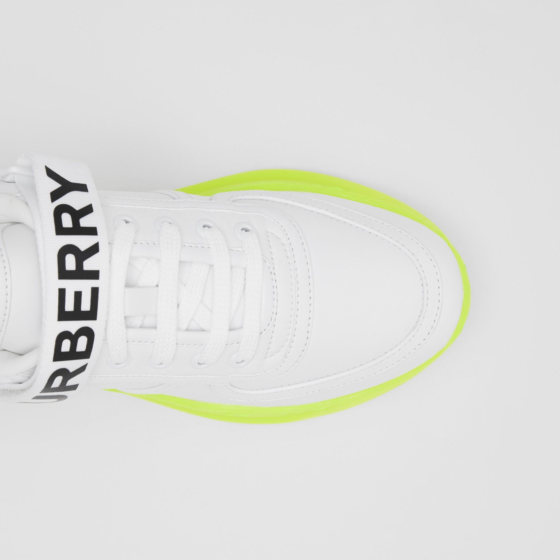 標誌細節皮革及尼龍運動鞋 (光白色/螢光黃) - 女款 | Burberry - 圖庫照片 1