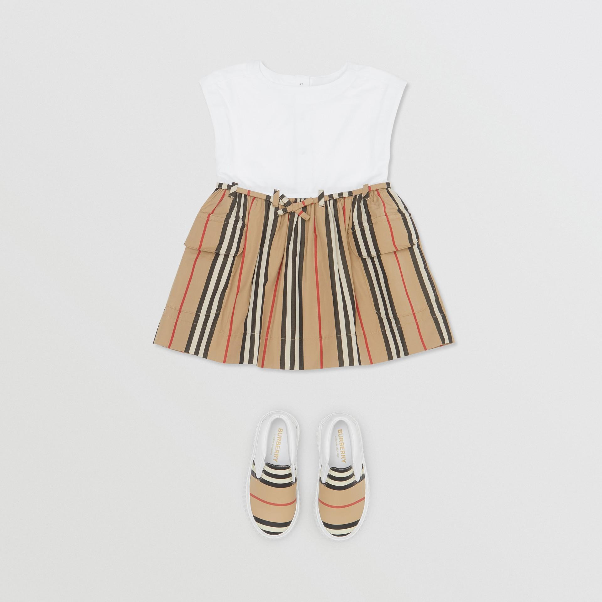 Vestido de algodão com listras icônicas (Branco/bege Clássico) - Crianças | Burberry - galeria de imagens 2